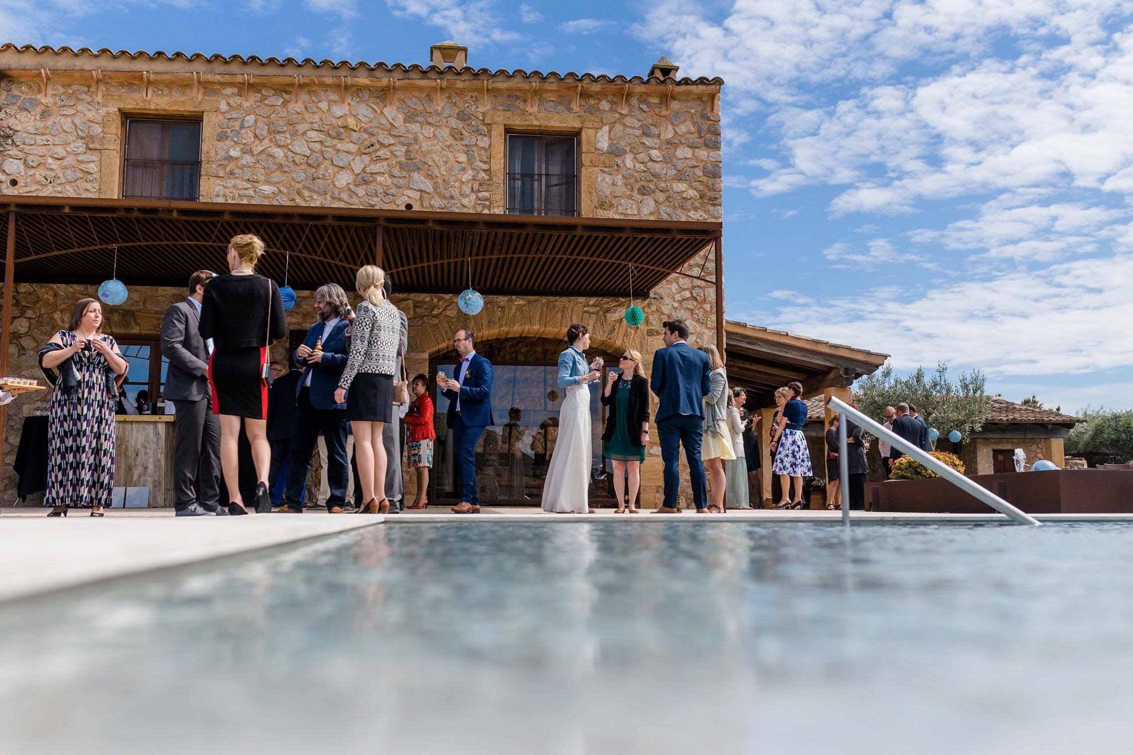 Braut und Gäste vor dem Infinity-Pool auf der Finca Sa Vinyassa auf Mallorca