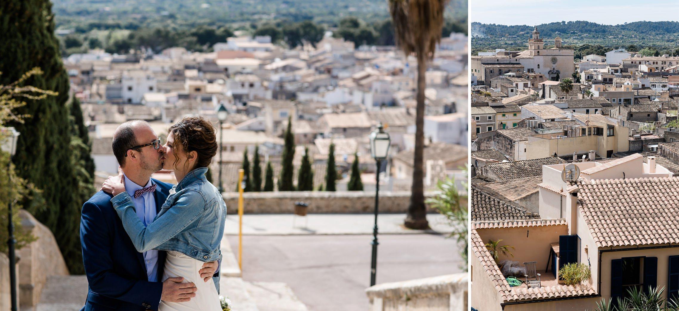 Ein verliebtes Brautpaar küsst sich über den Dächern von Artá auf Mallorca
