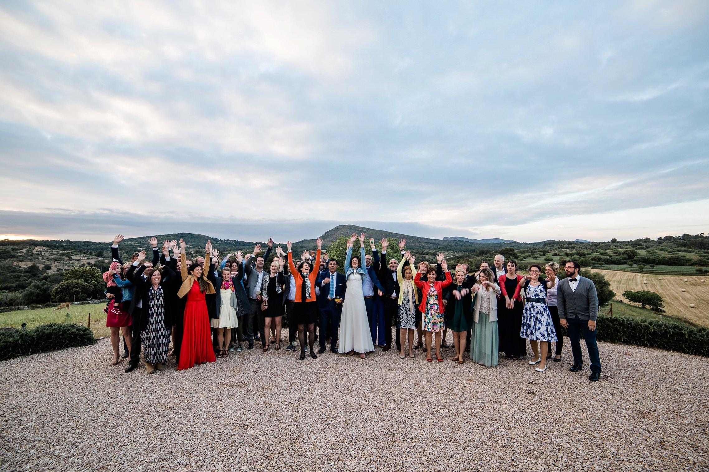 Gruppenfoto auf der Finca-Hochzeit vor der Berg-Kulisse