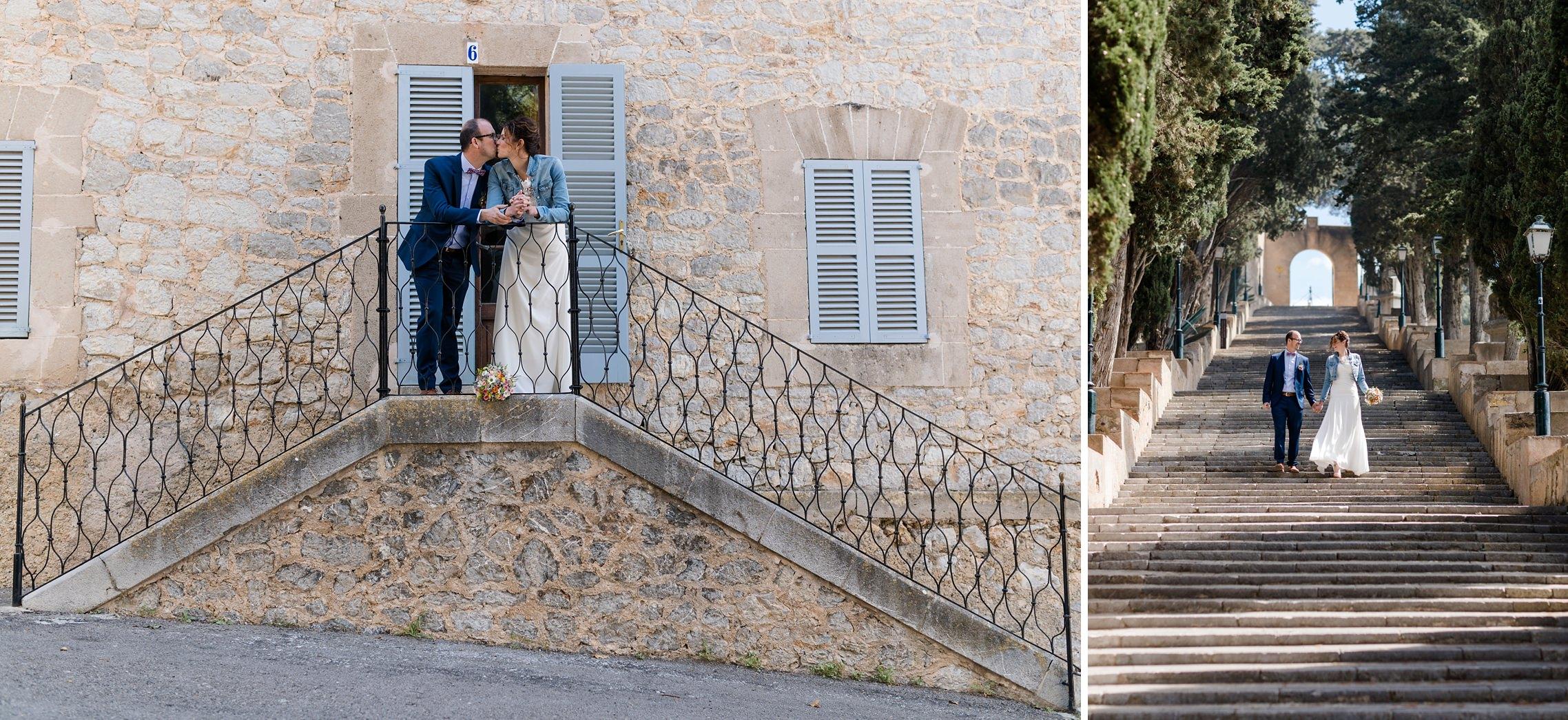 Verliebtes Hochzeitspaar auf Treppenstufen in Artá auf Mallorca