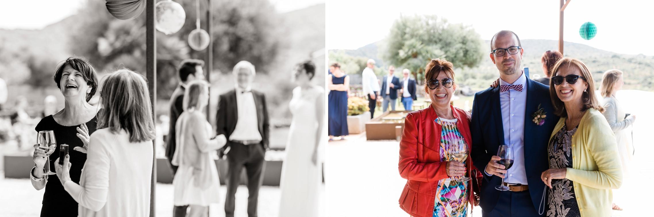 Gutgelaunte Gäste auf der Finca-Hochzeit