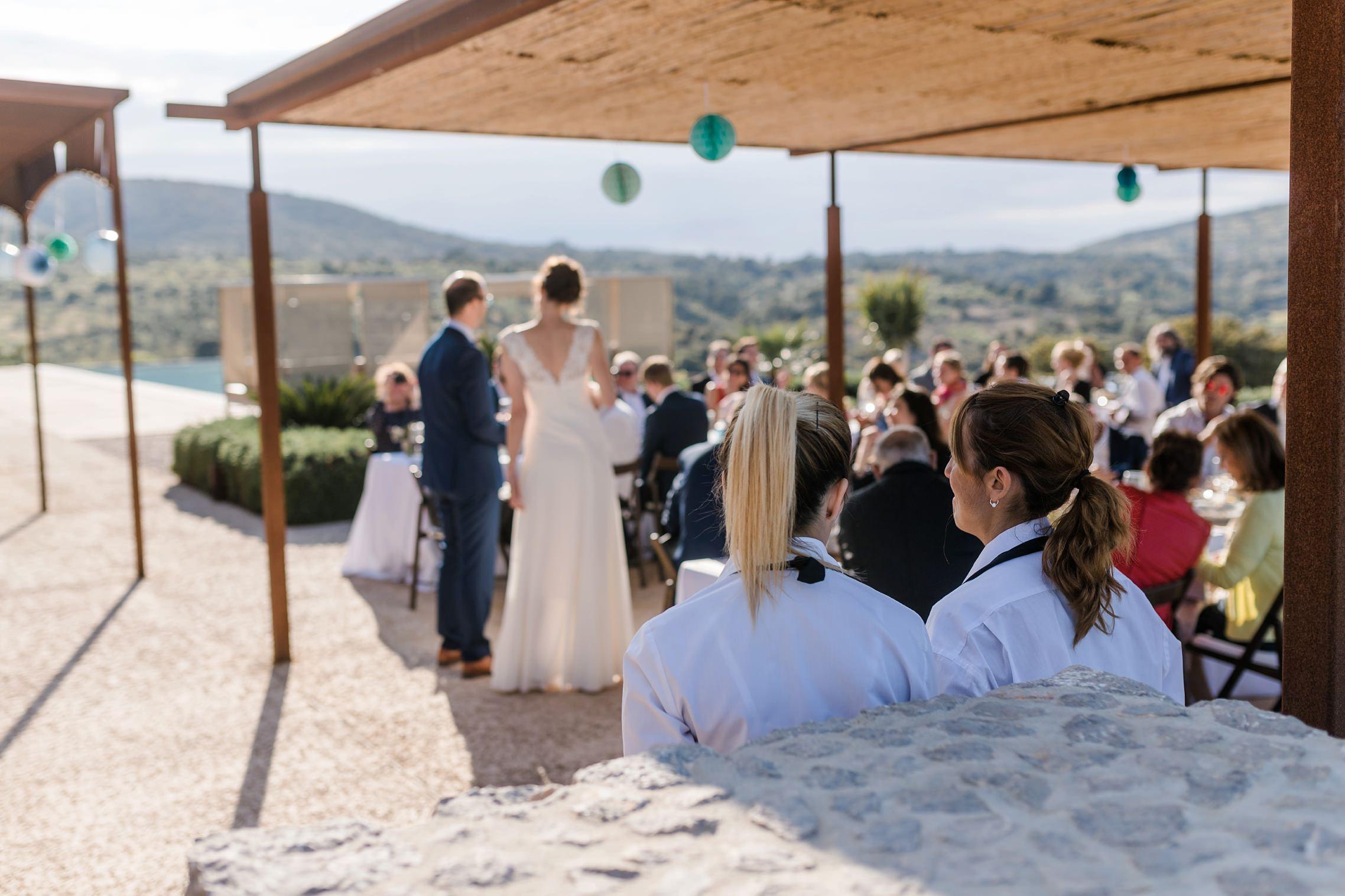 Zwei Kellnerinnen unterhalten sich auf der Finca-Hochzeit auf Mallorca