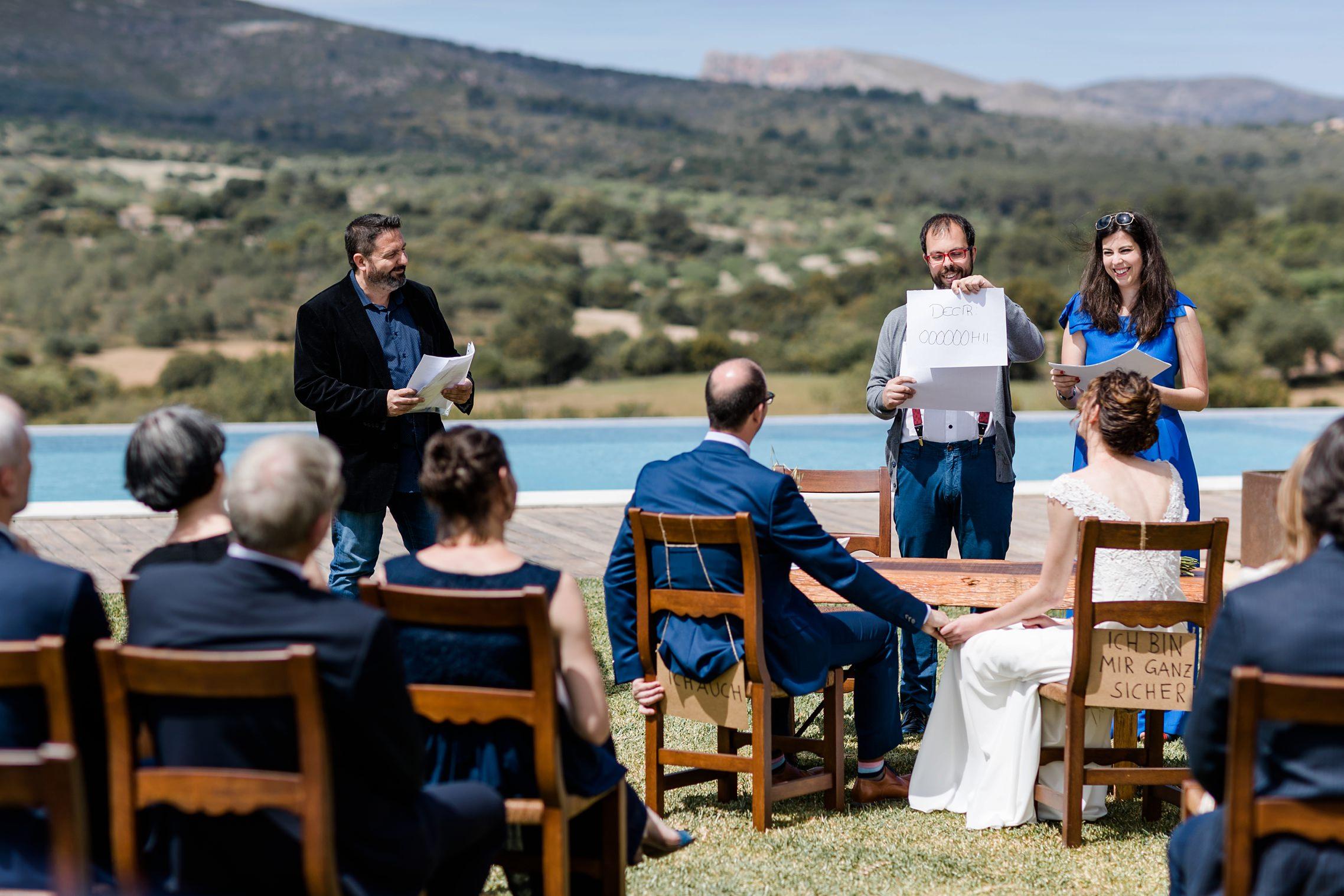 Die Geschwister des Bräutigams halten einen lustigen Vortrag auf der Finca-Hochzeit