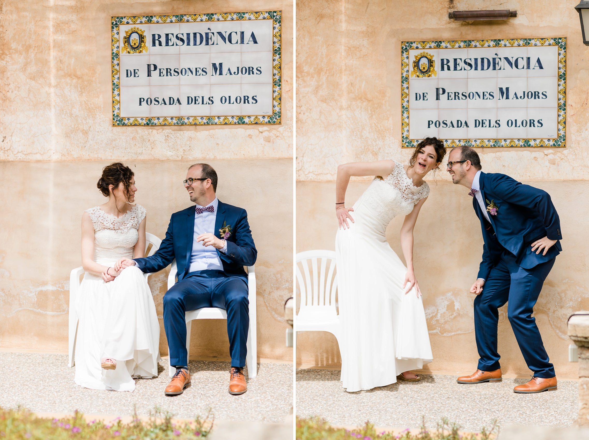Lustiges Brautpaar vor dem Schild eines Altersheimes in Artá, Mallorca