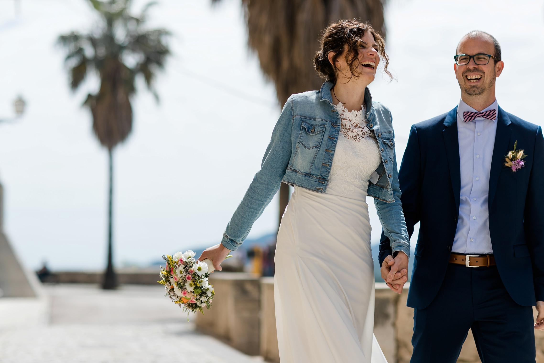 Lachendes Hochzeitspaar in Artá auf Mallorca