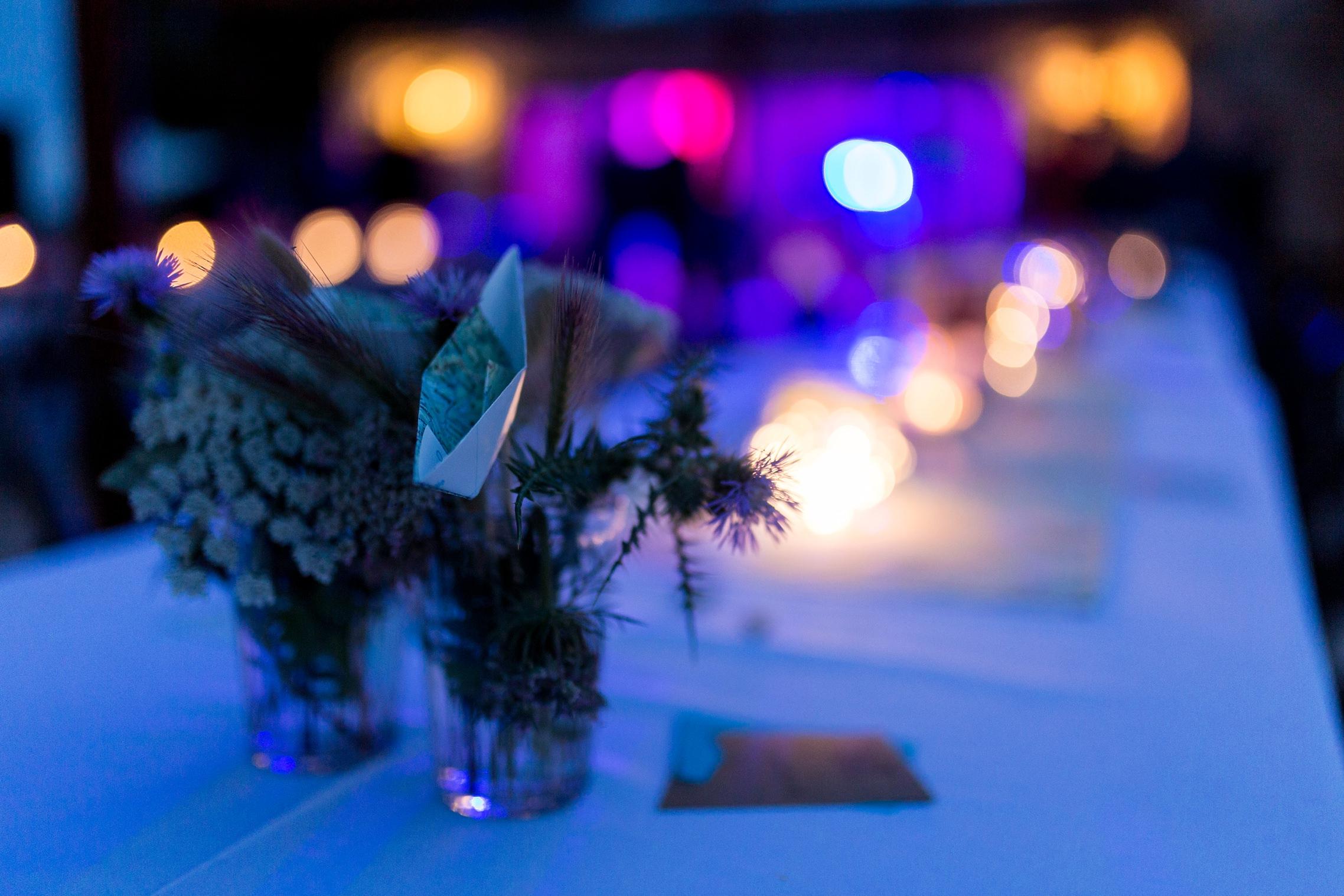 Stimmungsvolles Foto der Tischdeko bei Nacht mit bunten Lichtern im Hintergrund