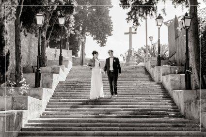 Hochzeitspaar schreitet Treppe in Arta auf Mallorca hinab