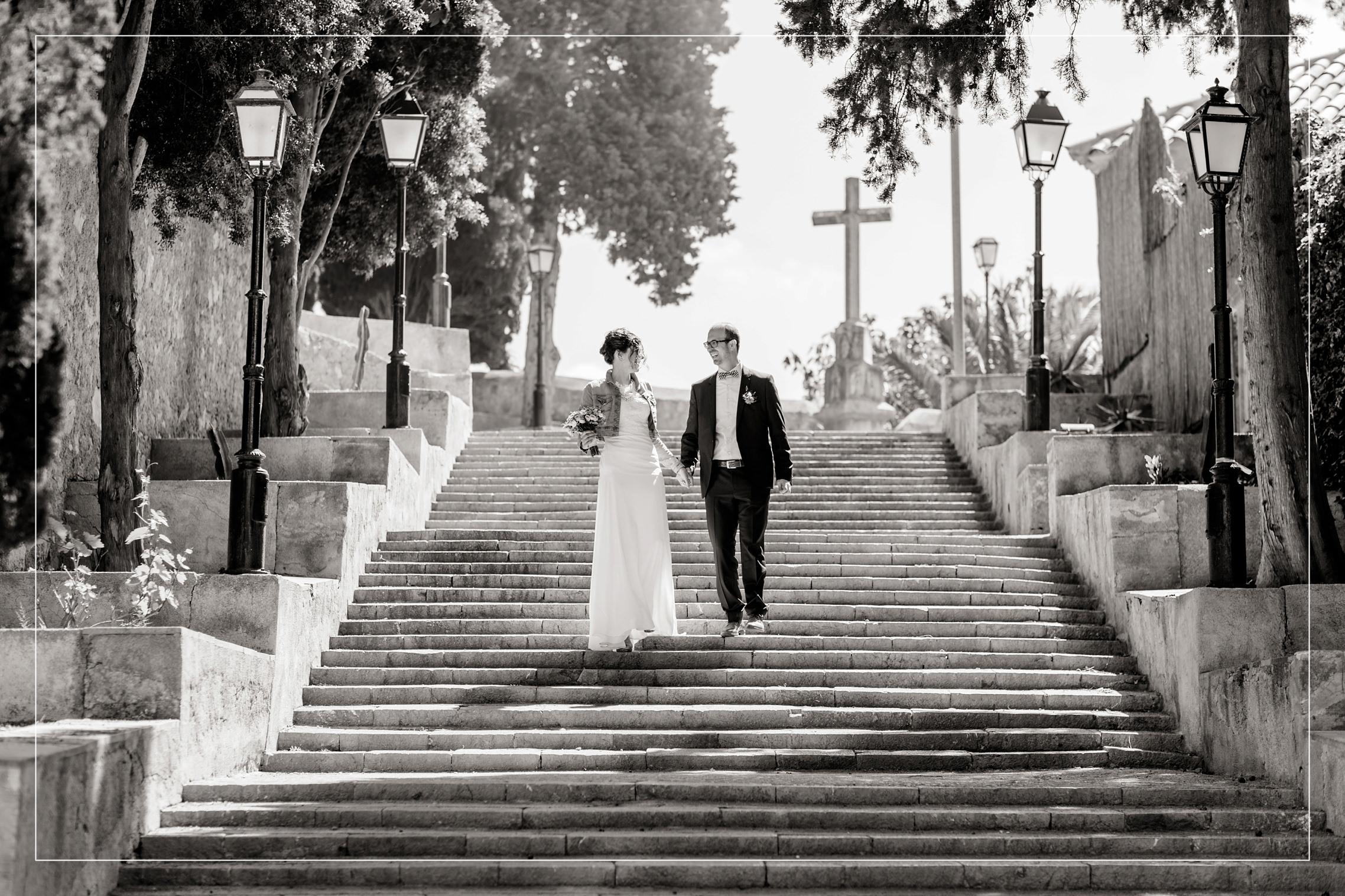 Finca Hochzeitsreportage aus Mallorca in der Nähe von Arta: Das Hochzeitspaar schreitet eine lange Treppe hinab.