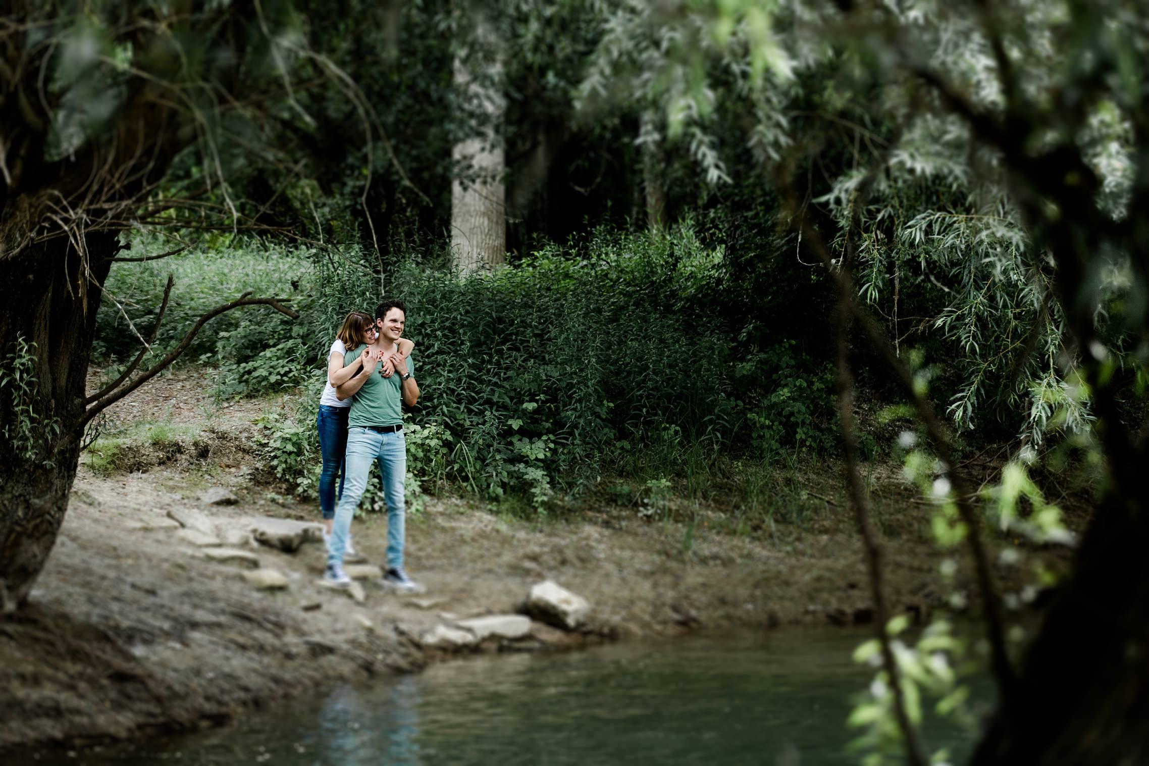 Verliebtes Paar im Grünen am Rheinufer an ihrem ersten Hochzeitstag