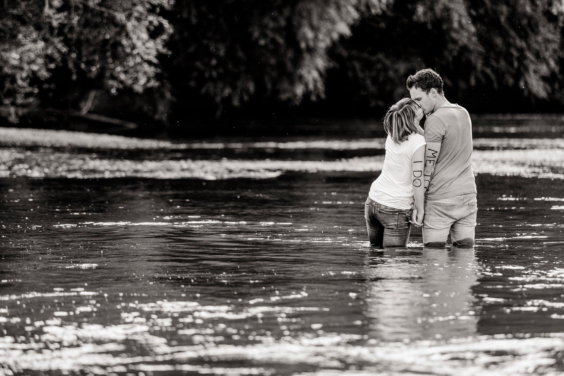 Romantische Pärchenfotos in schwarzweiss zum ersten Hochzeitstag an und im Rhein