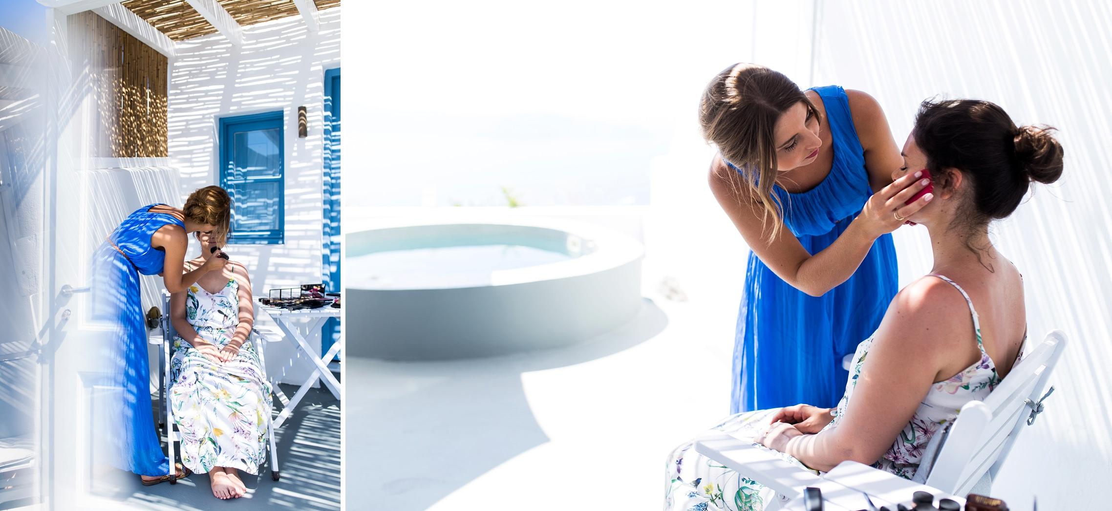 Die Braut wird während des Getting Ready für das After-Wedding-Shooting auf Santorini geschminkt.