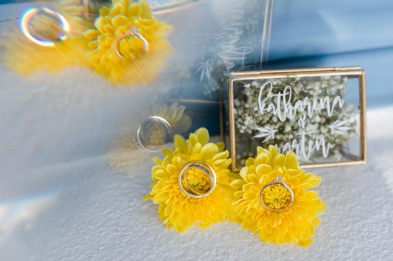 After-Wedding Santorini: Die Hochzeitsringe in einem schönen Glaskästchen, welches mit den Namen des Brautpaares beschriftet ist.