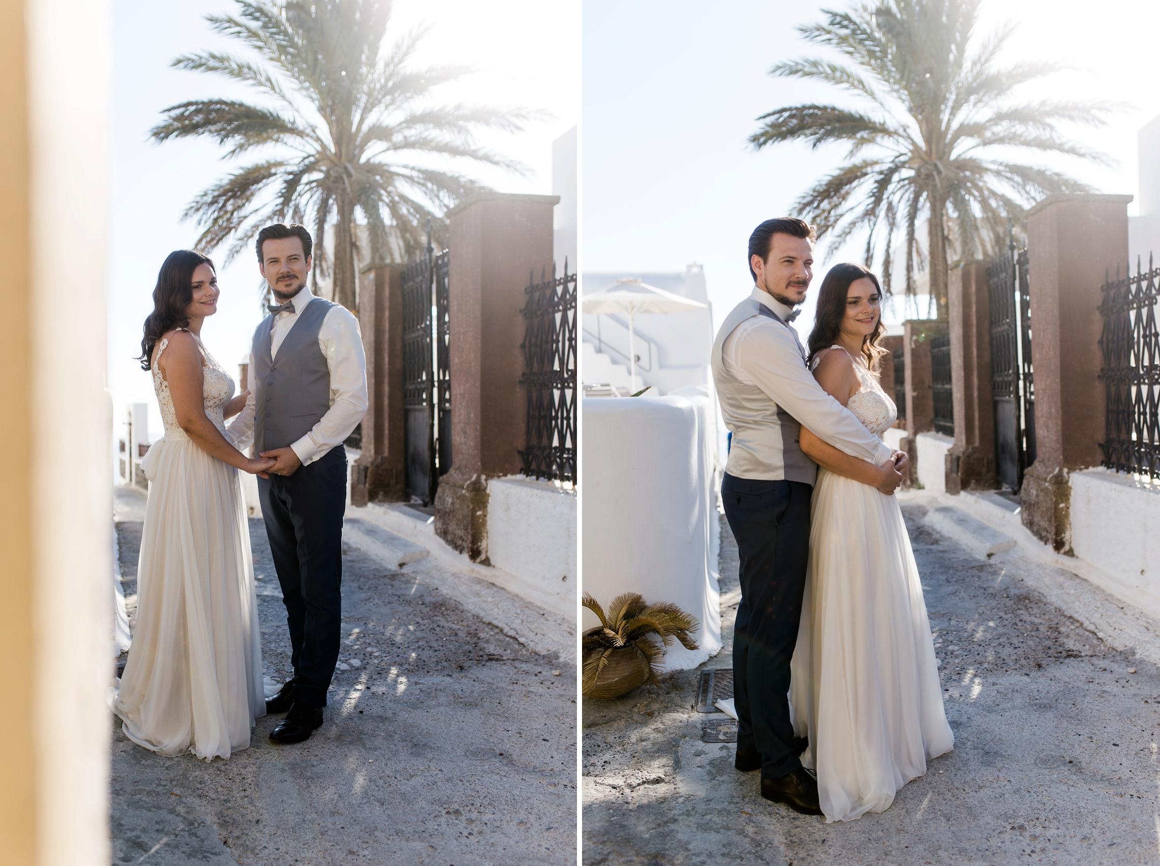 After-Wedding Shooting auf Santorini - das Hochzeitspaar steht im Gegenlicht vor einer Palme