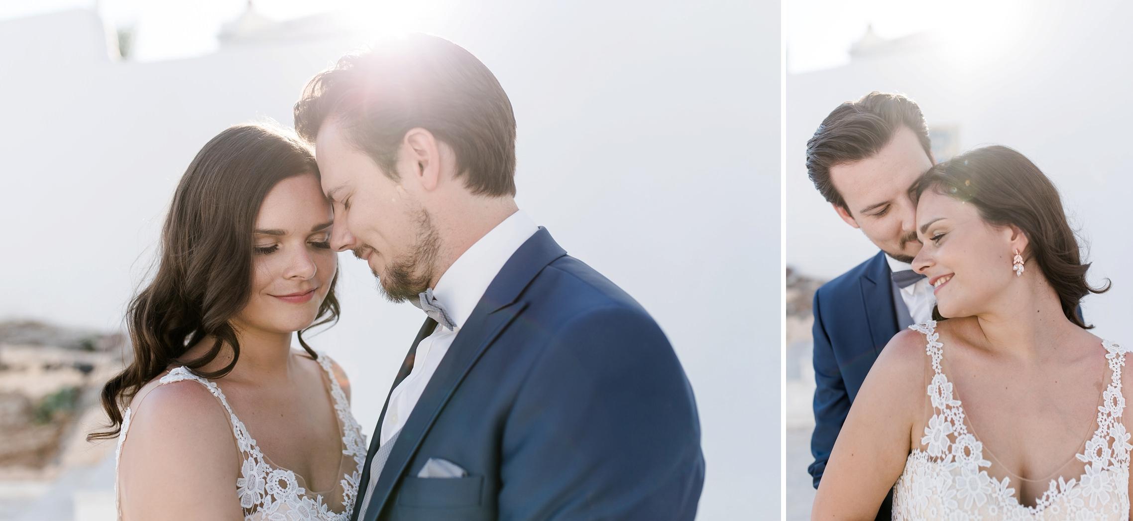 Hochzeitspaar turtelt verliebt im Gegenlicht.