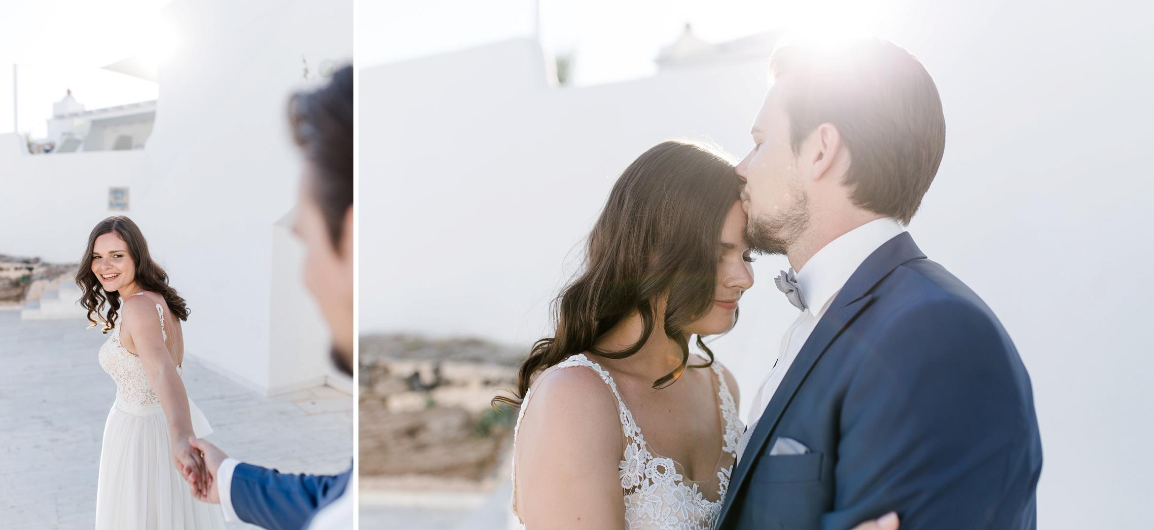 Der Bräutigam küsst seine Braut auf die Stirn - After-Wedding-Shooting auf Santorini.