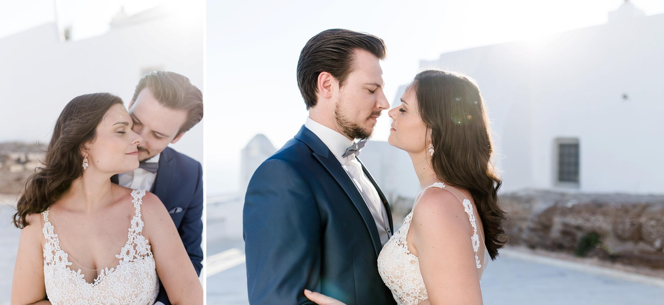 Bräutigam nimmt seine Braut zärtlich in den Arm - After-Wedding-Shooting auf Santorini.