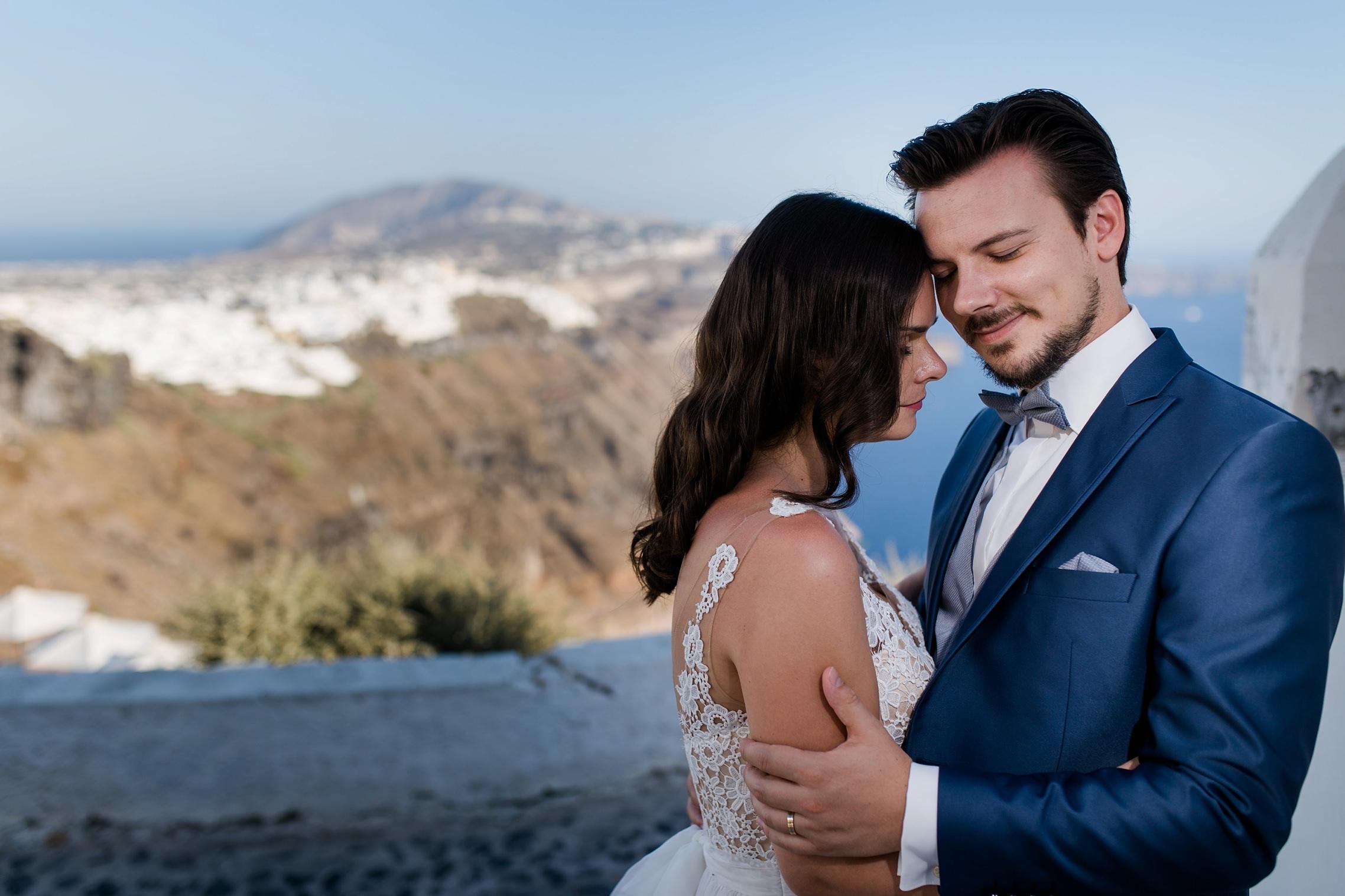 Hochzeitspaar beim After-Wedding-Shooting auf Santorini vor der Steilküste.