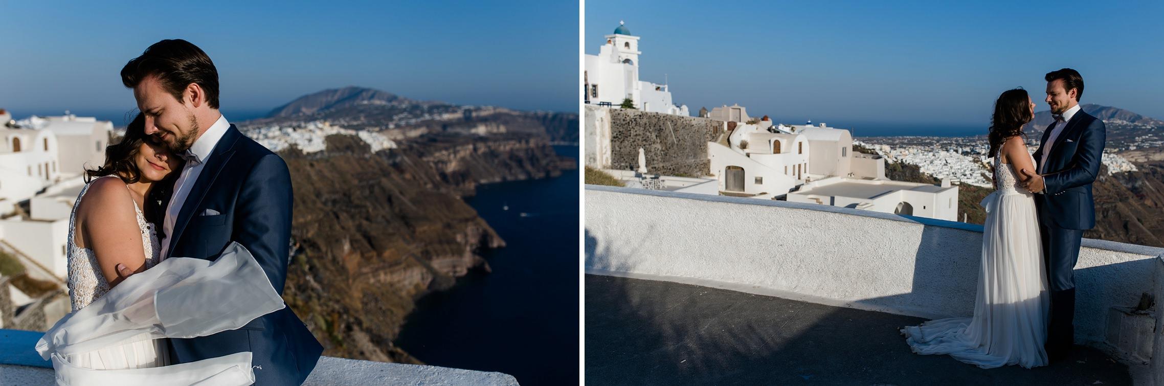 Hochzeitspaar beim After-Wedding-Shooting auf Santorini vor Häuserkulisse.