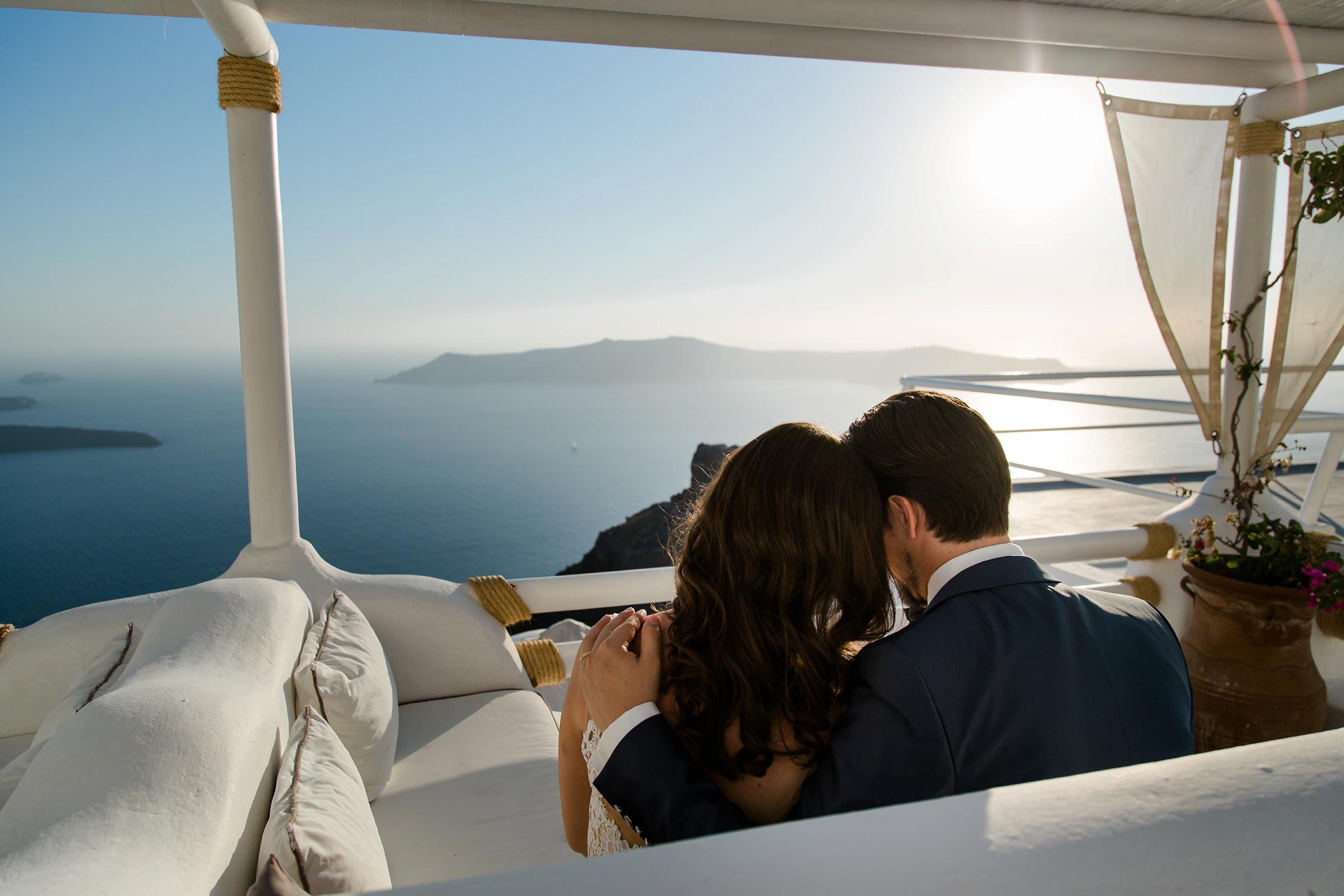 Blick auf das Meer vor Santorini über die Schultern des Hochzeitspaares beim After-Wedding-Shooting.