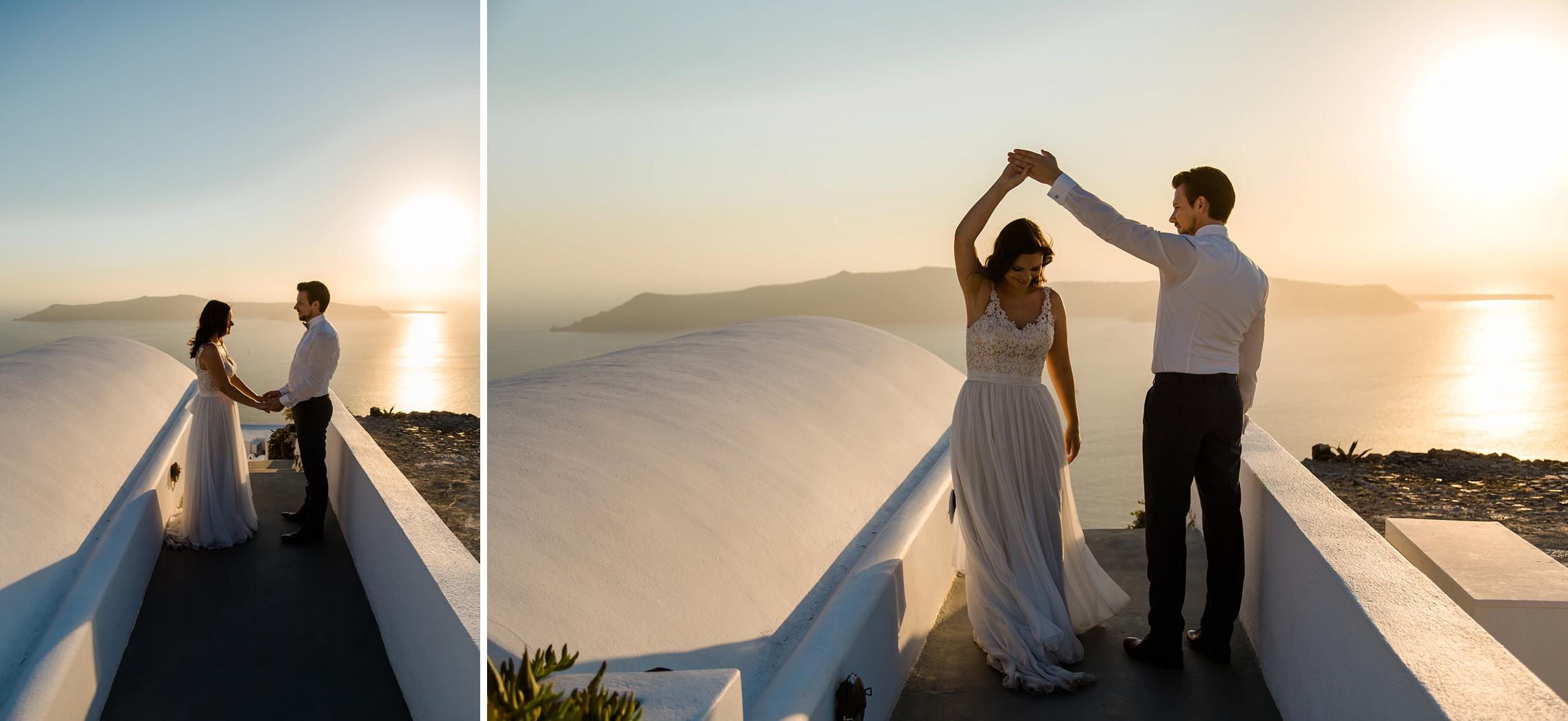 Brautpaar tanzt in den Sonnenuntergang auf Santorini - Elopement in Griechenland.