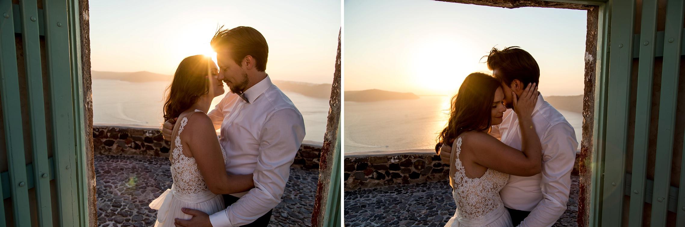 Romantisches Hochzeitspaar genießt den Sonnenuntergang in Imerovigli auf Santorini.