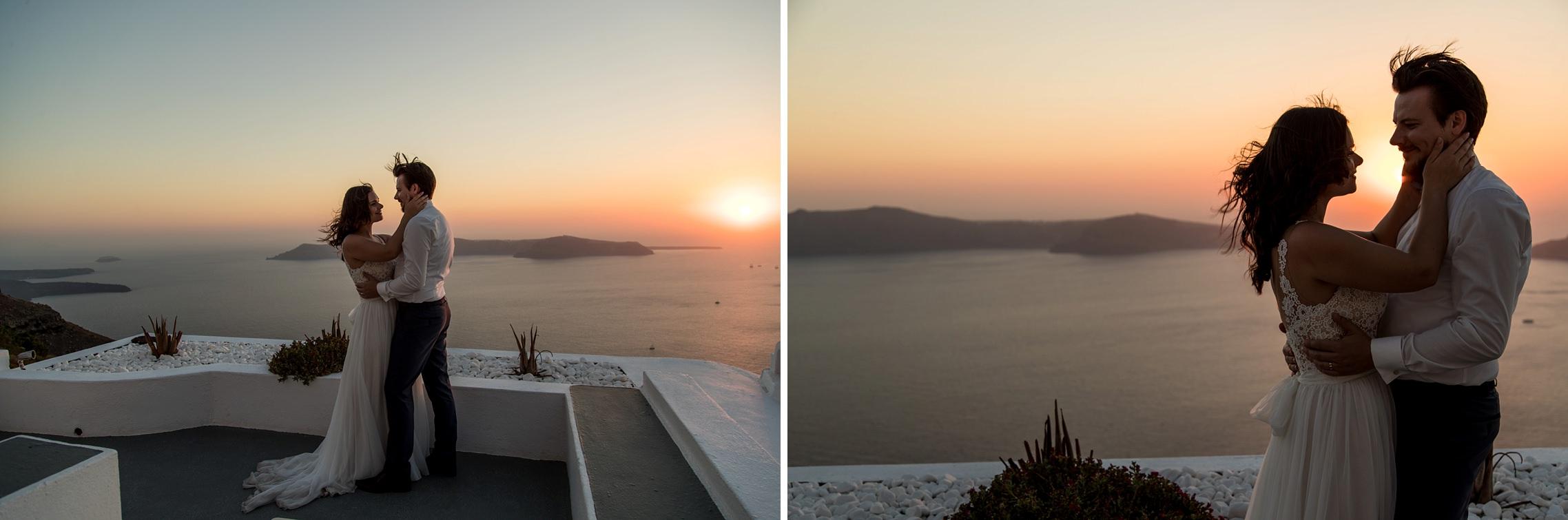 Hochzeitspaar in der Abendbrise beim Sonnenuntergang auf Santorini - Elopement in Griechenland.