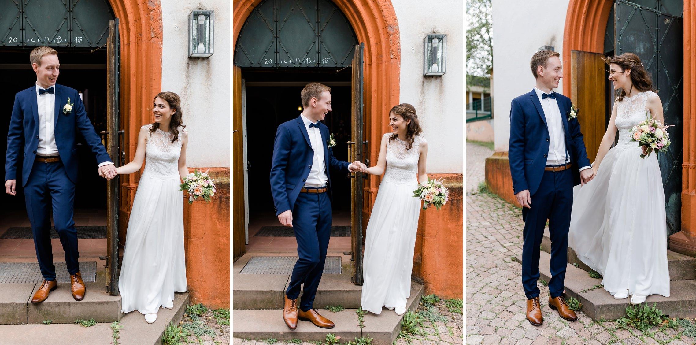 Braut und Bräutigam sehen sich zum ersten Mal in ihrer Hochzeitskleidung vor der katholischen Kirche in Erbach im Rheingau.