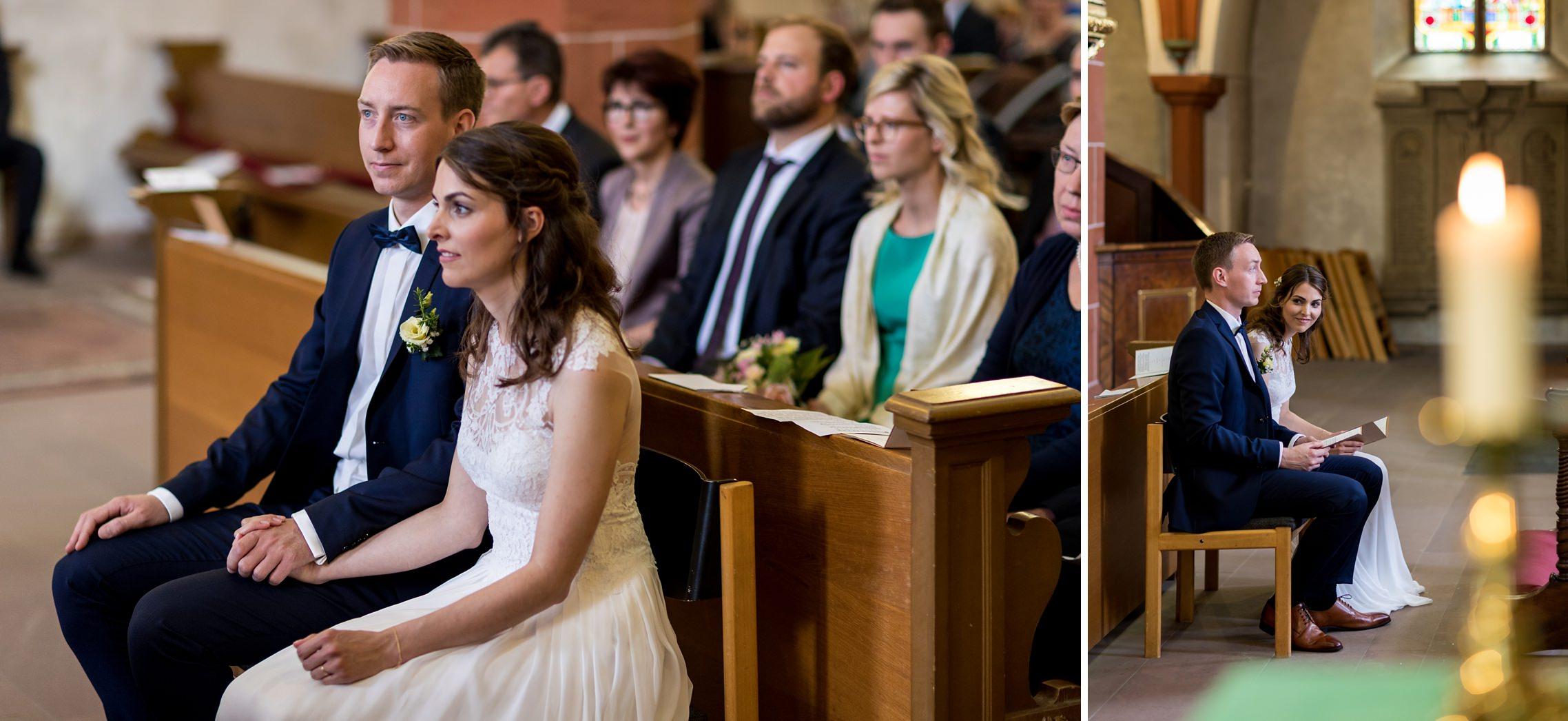 Das Brautpaar lauscht den Worten des Pfarrers in der katholischen Kirche in Erbach.