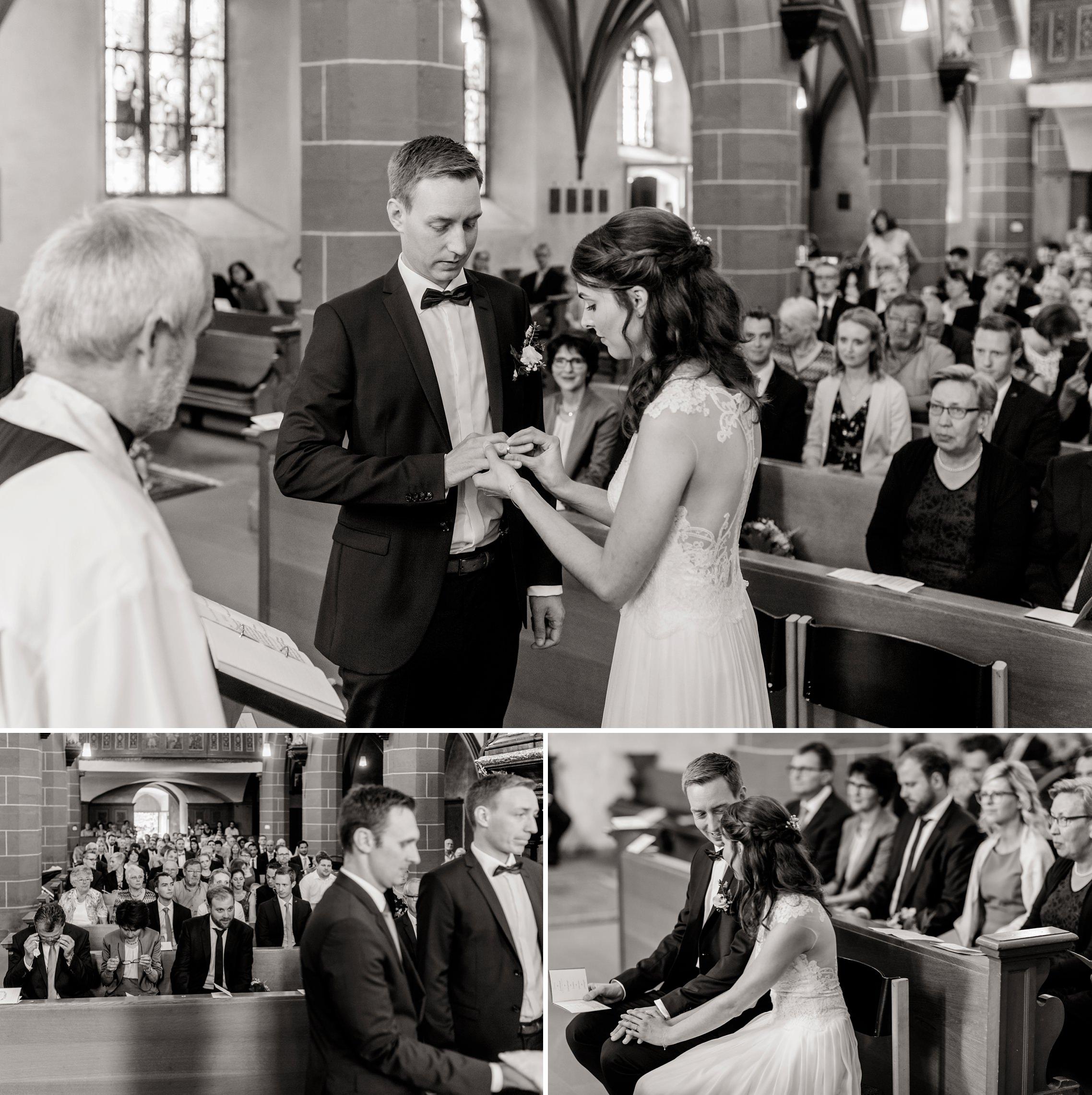 Schwarz-weiß-Bild des Ringetausches während des Traugottesdienstes in der katholischen Kirche in Erbach. Im Hintergrund trocknen die Eltern ihre Tränen.
