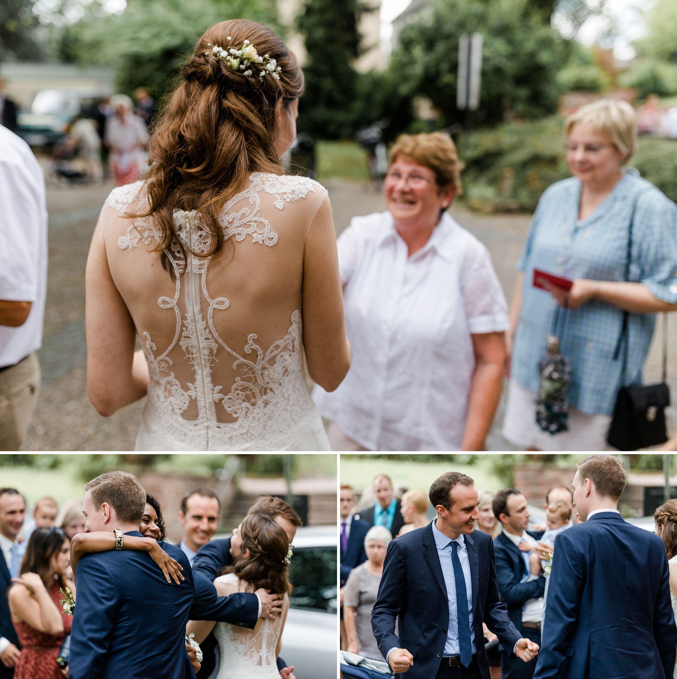 Die Gäste gratulieren dem Hochzeitspaar.