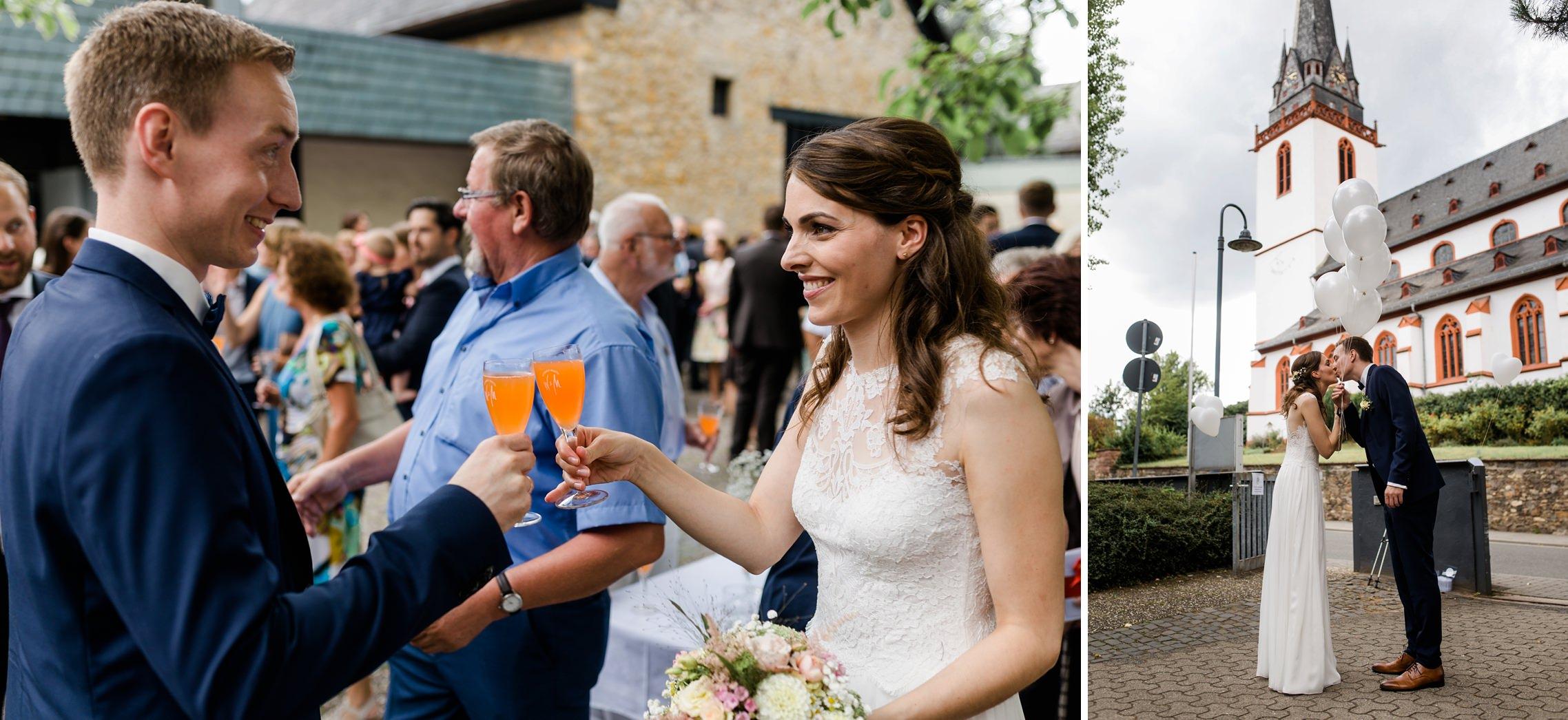 Das Brautpaar stößt an und lässt Luftballons steigen.