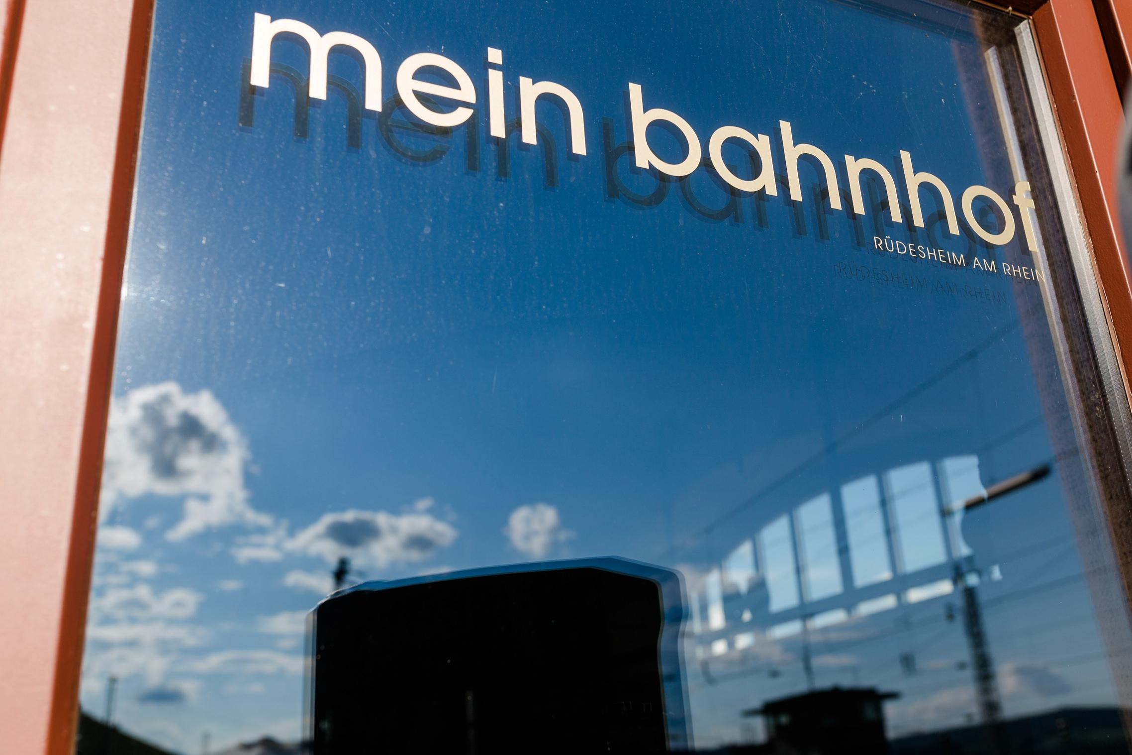 """Schriftzug der Hochzeitslocation """"Mein Bahnhof"""" in Rüdesheim."""