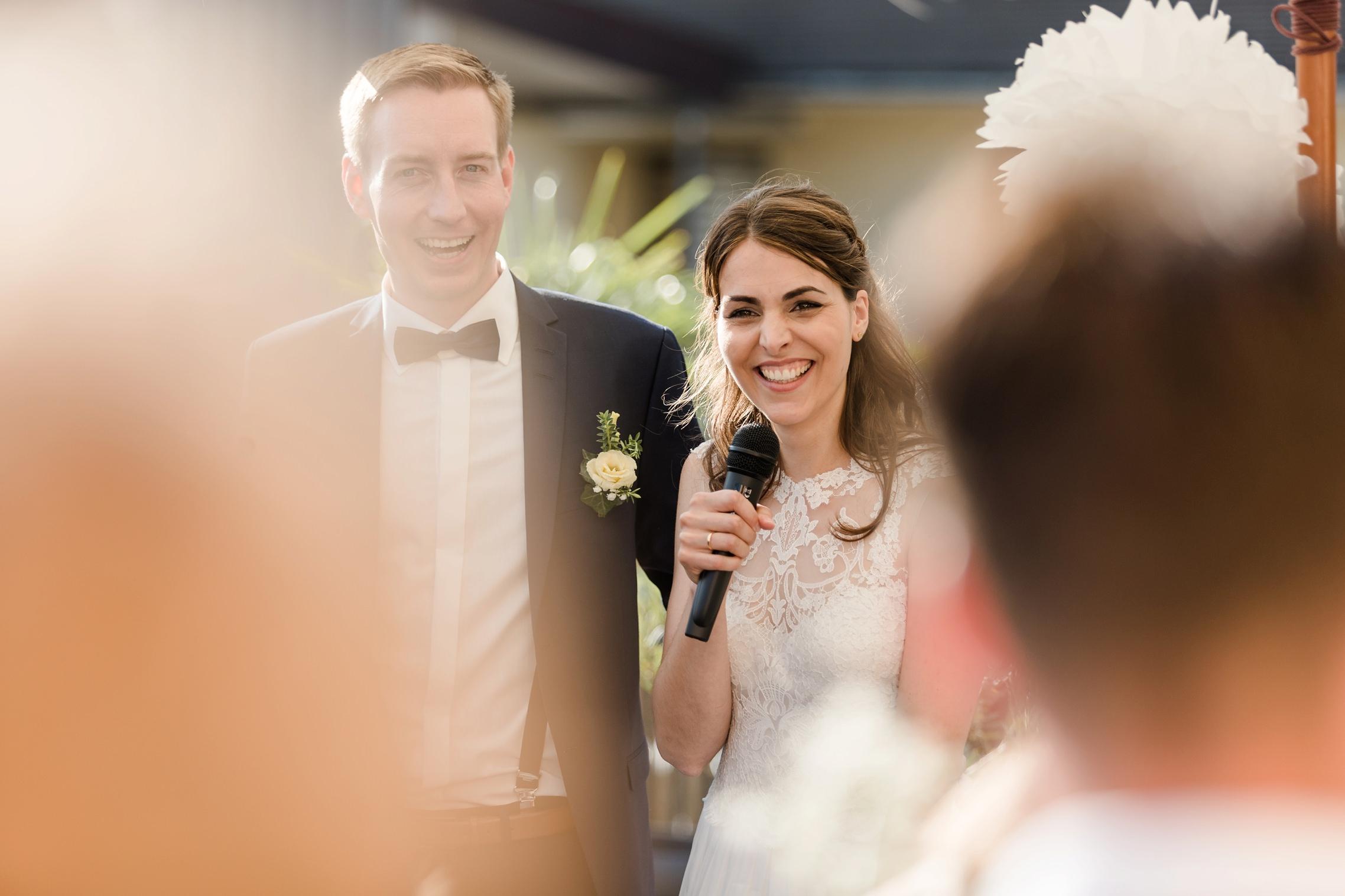 Das Hochzeitspaar begrüßt die Gäste im Bahnhof in Rüdesheim.