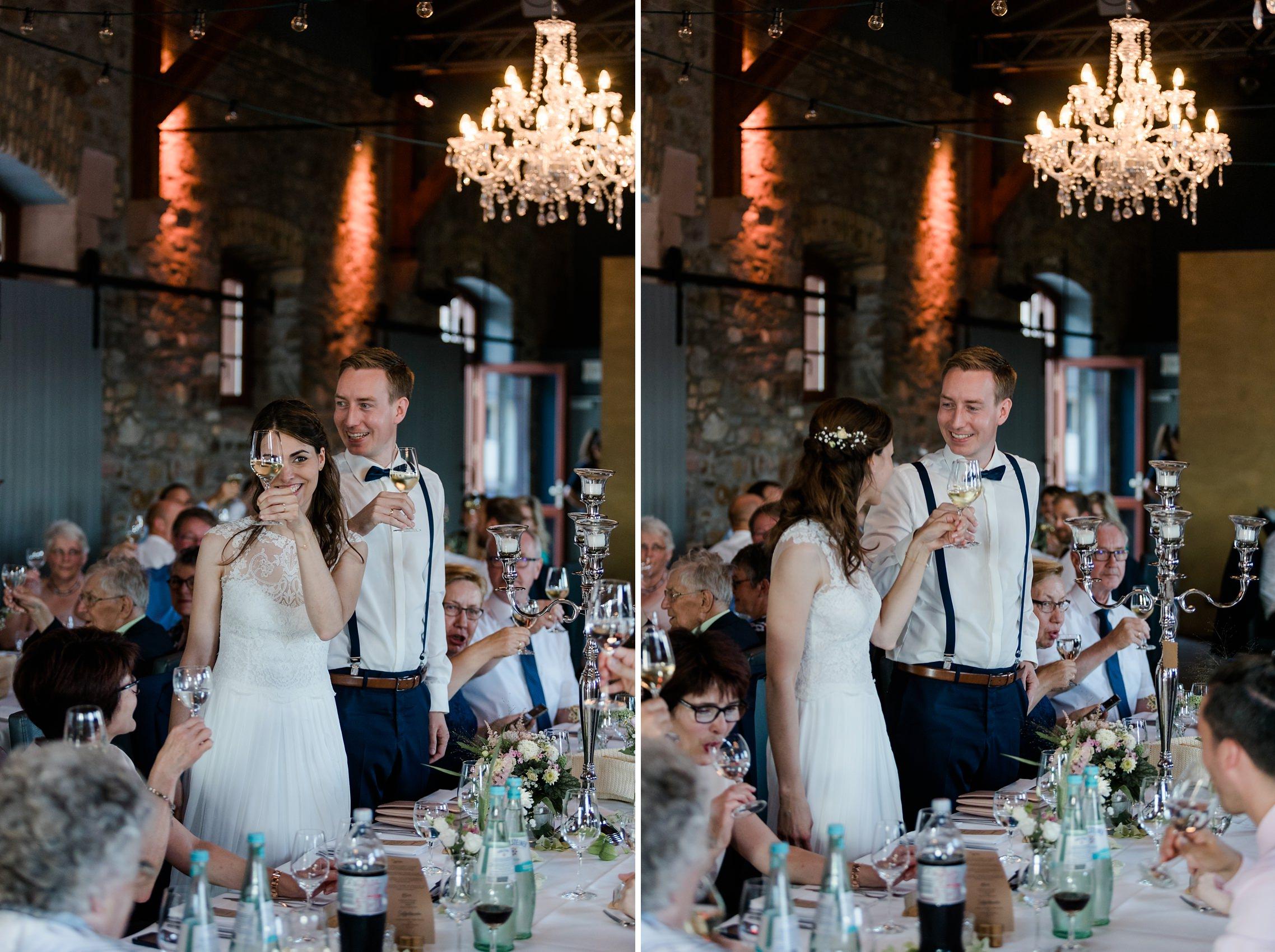 Braut und Bräutigam stoßen mit den Gästen auf ihre Hochzeit an.