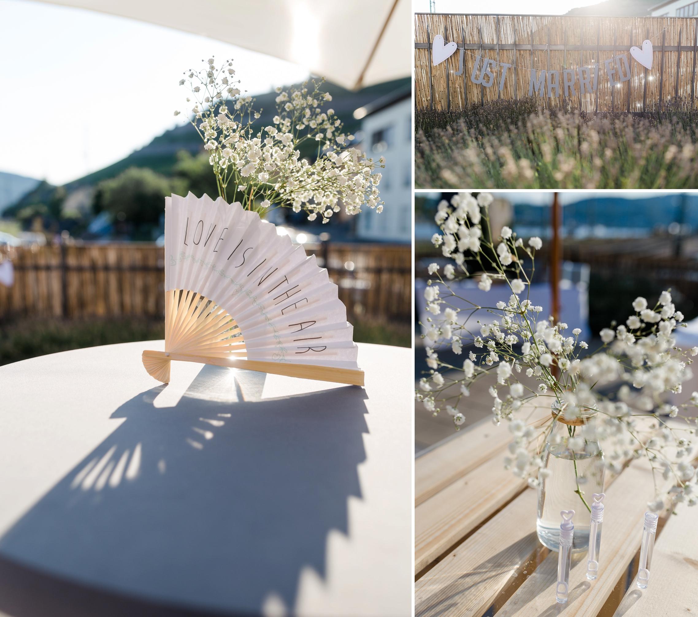 Deko-Details mit Blumen und Fächern bei dieser Rheingau-Hochzeit im Bahnhof in Rüdesheim.