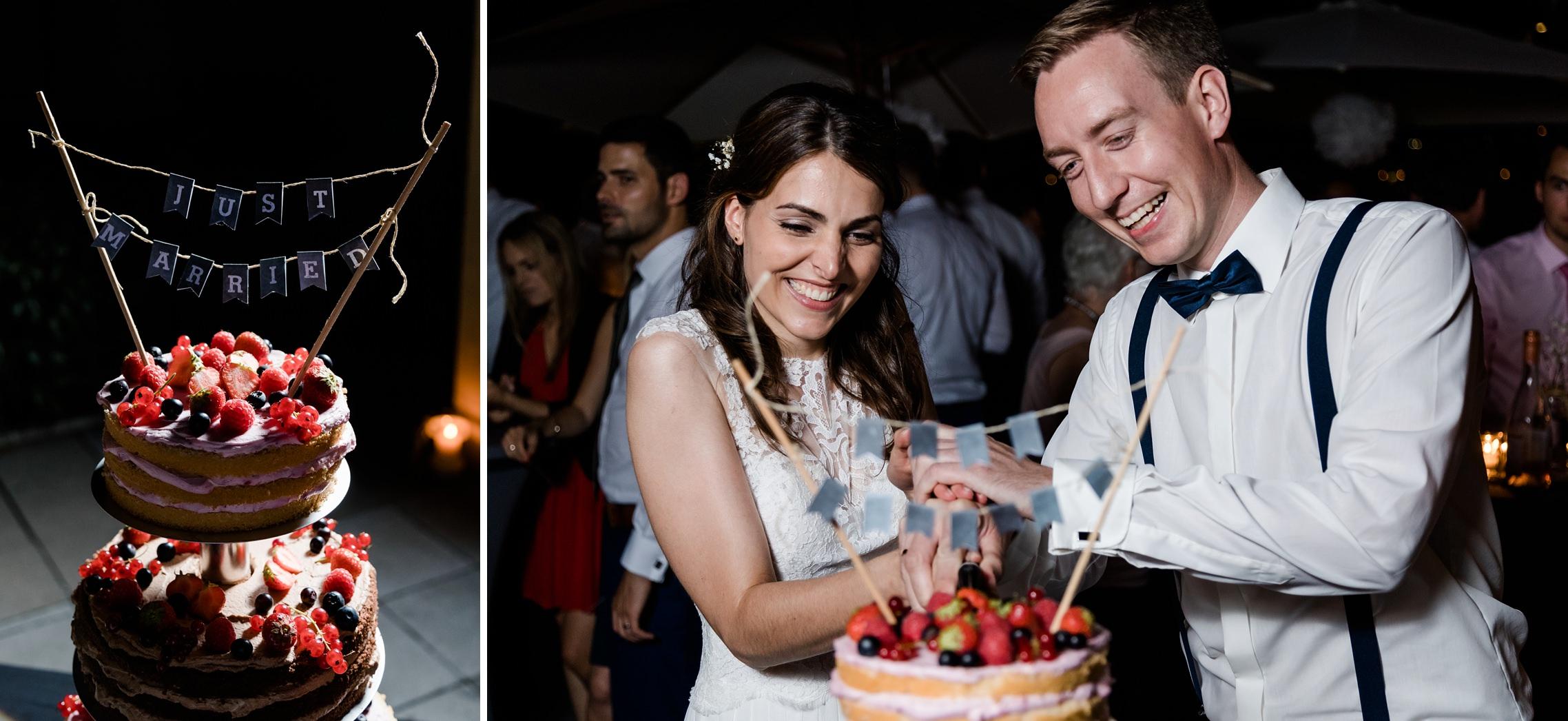 Das Hochzeitspaar schneidet die Hochzeitstorte an.