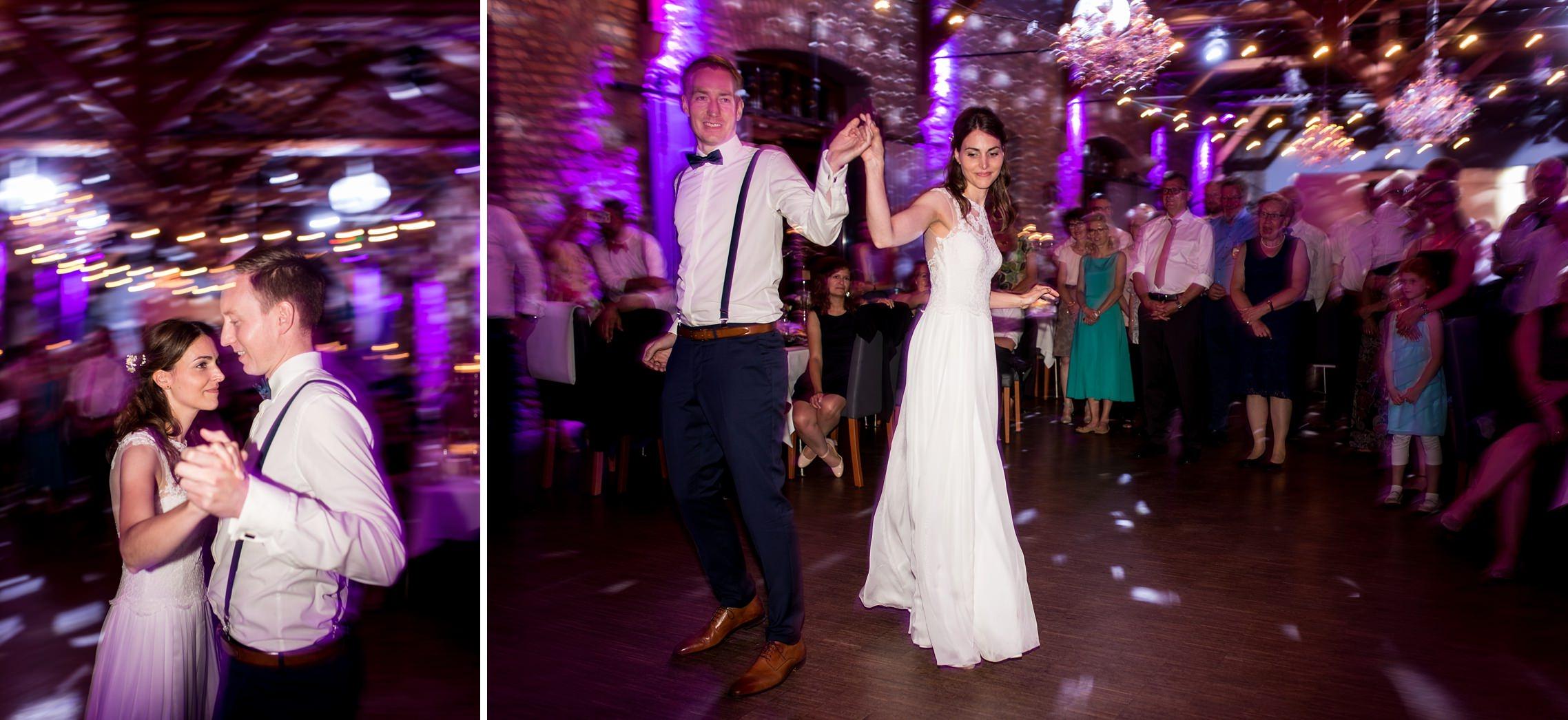 Aufnahmen des Hochzeitstanzes mit einer langen Belichtungszeit und Lichterspuren im Hintergrund.