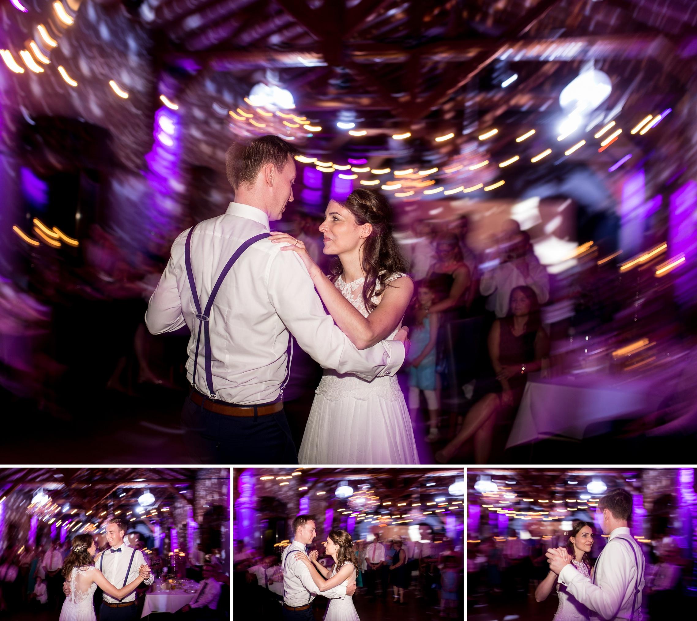 Das Brautpaar genießt den Hochzeitstanz.