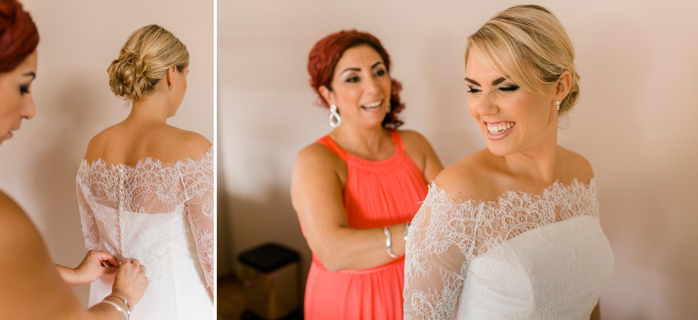 Das Brautkleid wird zugeknöpft und die Braut hat viel Spaß mit ihrer Trauzeugin im Weingut Fitz-Ritter in Bad Dürkheim.