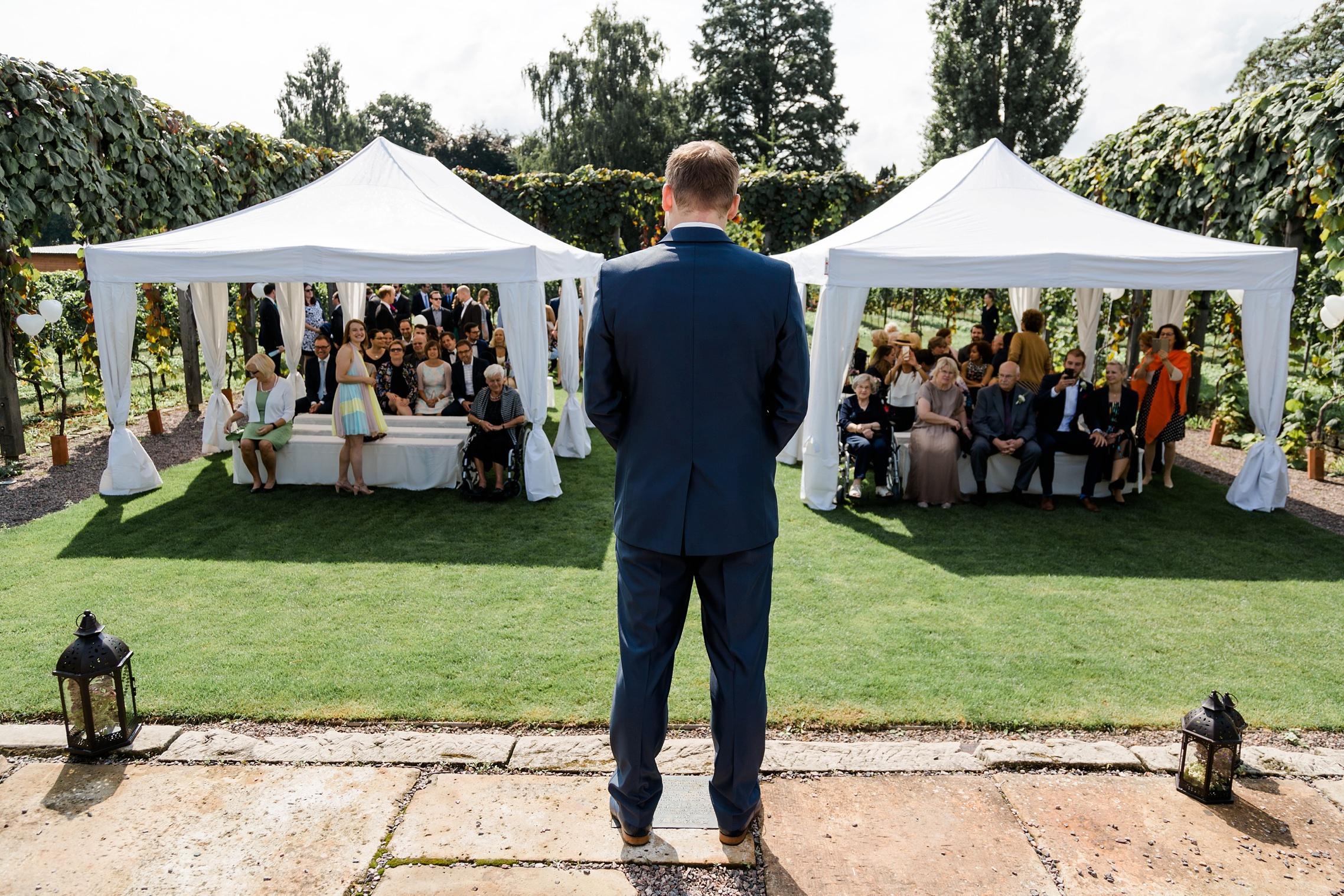 Der Bräutigam wartet gespannt auf seine Braut in der RebArena im Weingut Fitz-Ritter in Bad Dürkheim.