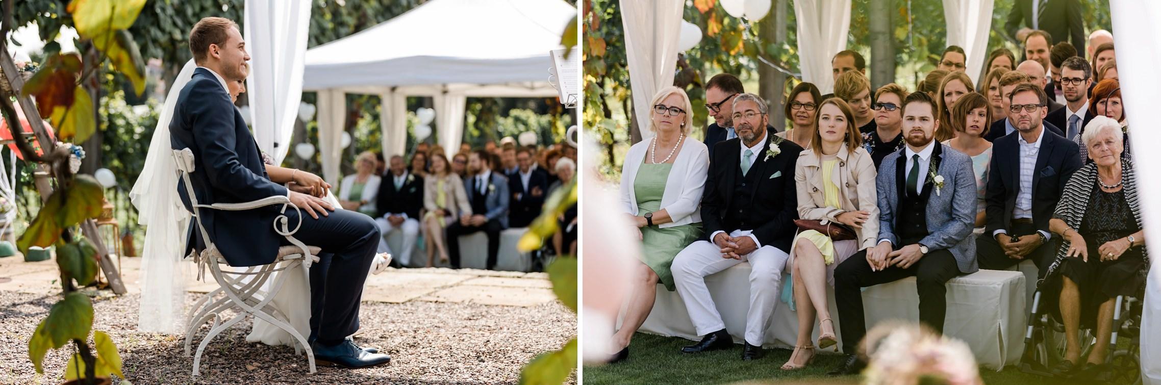Aufmerksam beobachtet die Familie das Brautpaar während der freien Trauung im Weingut Fitz-Ritter in Bad Dürkheim.