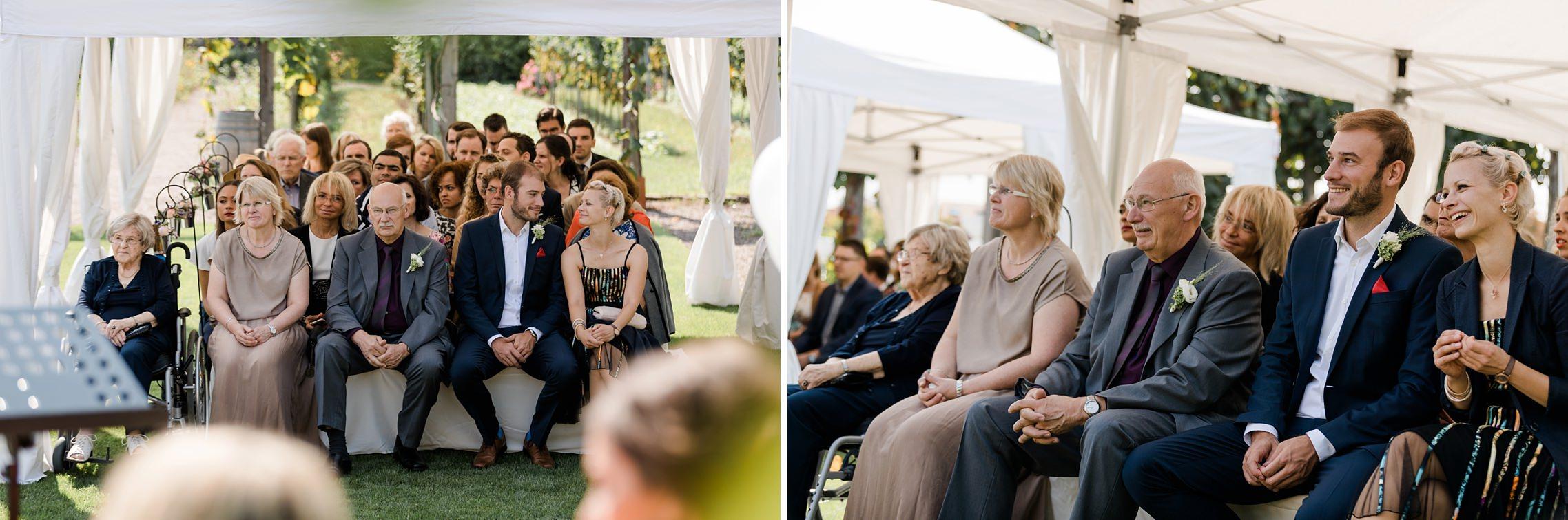 Die Familien und Freunde freuen sich mit dem Hochzeitspaar während der Freien Trauung im Weingut Fitz-Ritter in Bad Dürkheim.