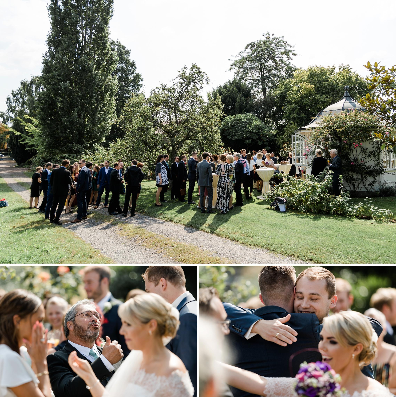 Die Gästen gratulieren dem Hochzeitspaar im wunderschönen Garten des Weingutes Fitz-Ritter in Bad Dürkheim.