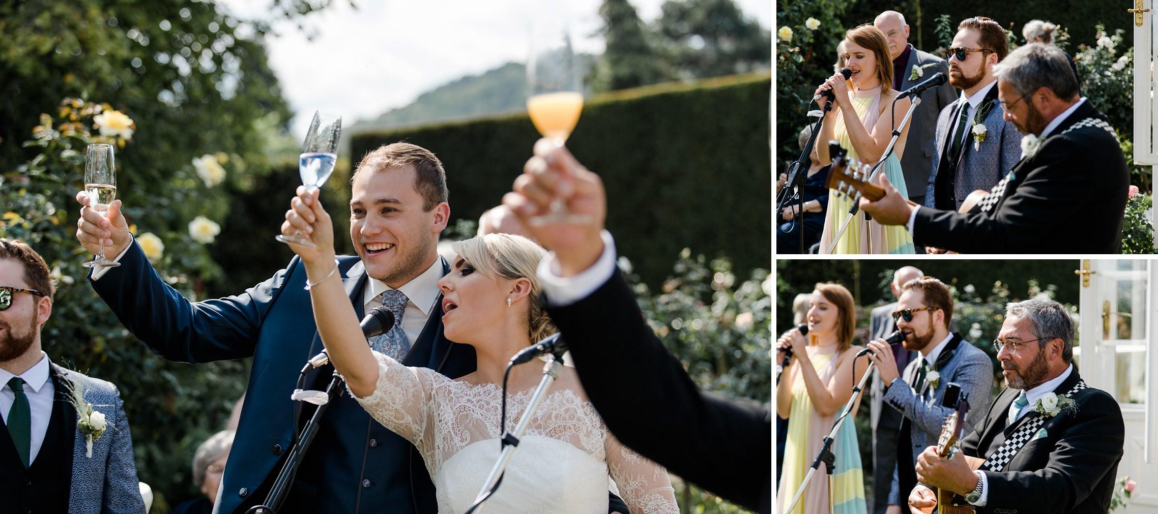 Das Brautpaar stößt mit den Gästen an - daneben spielt die Band.