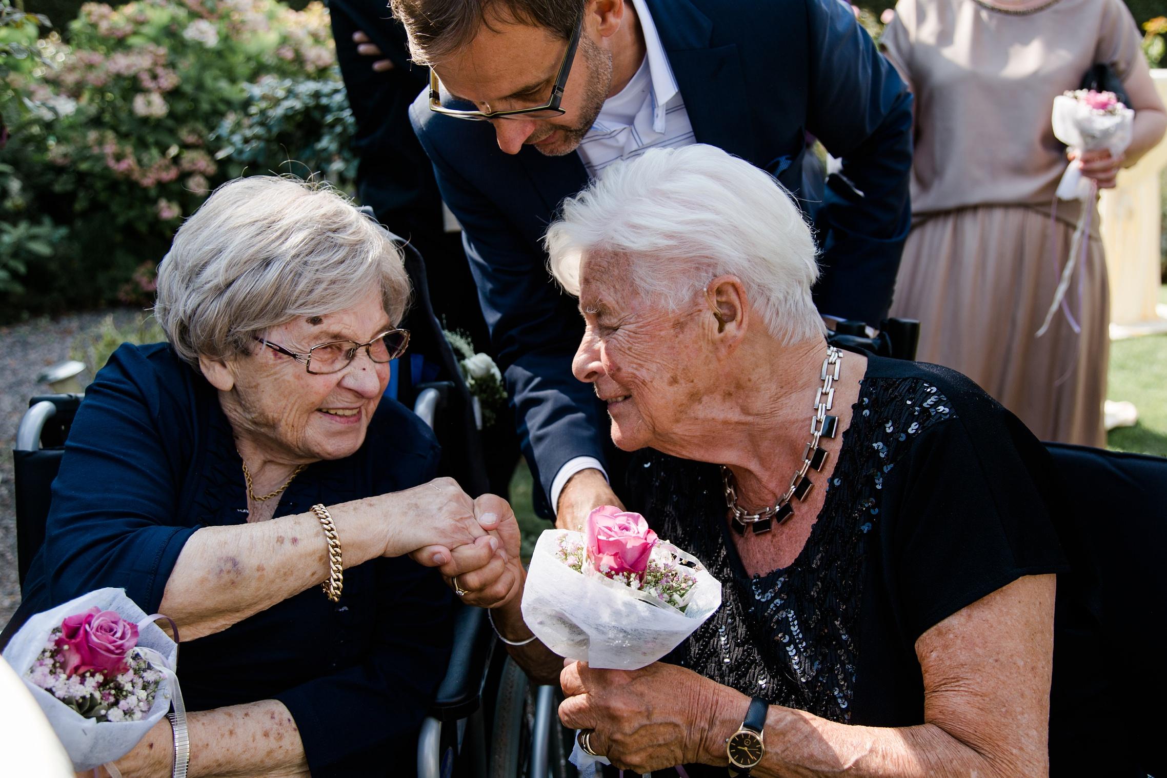 Die Großmütter des Hochzeitspaares treffen sich auf der Hochzeit zum ersten Mal und verstehen sich direkt sehr gut.