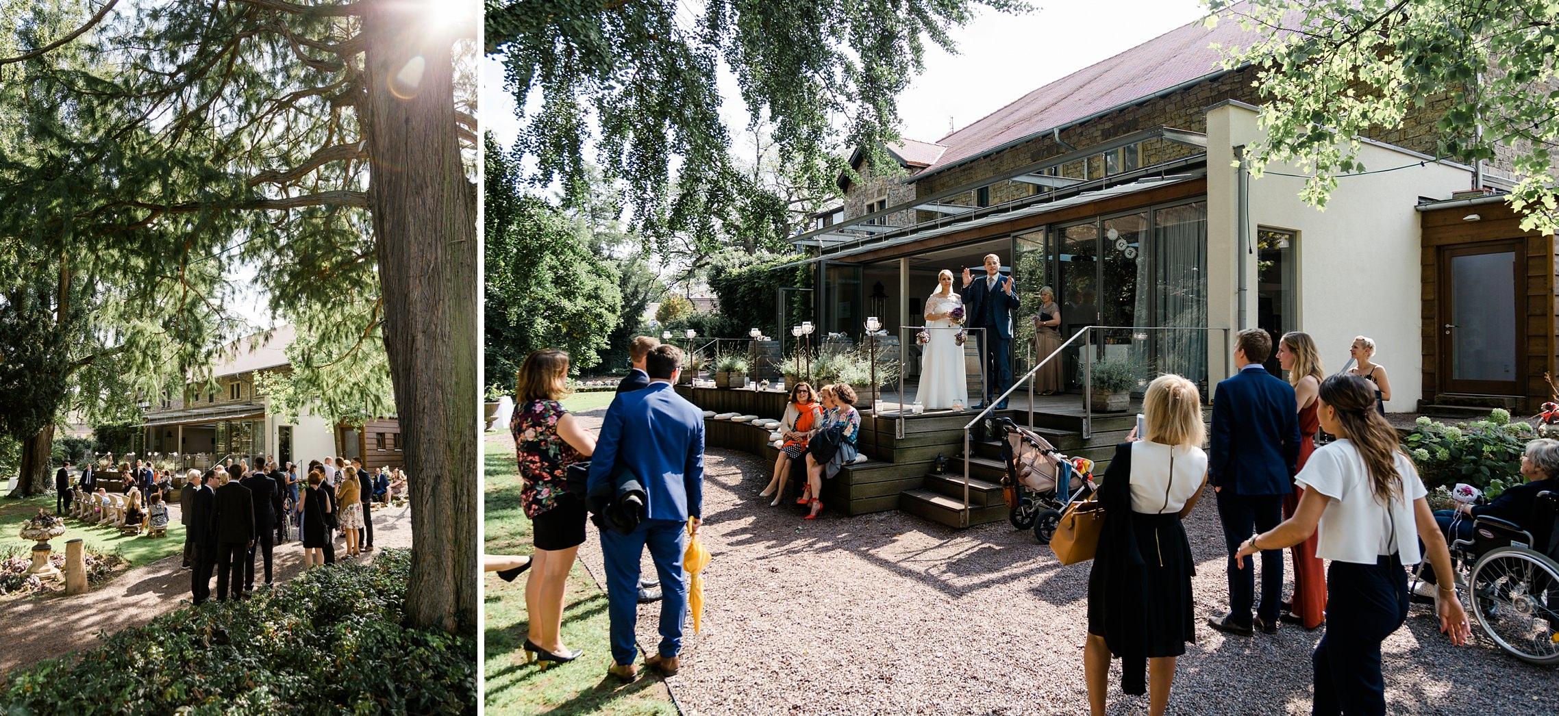 Das Brautpaar informiert die Gäste auf der Terrasse des Weingutes Fitz-Ritter in Bad Dürkheim über den weiteren Ablauf.