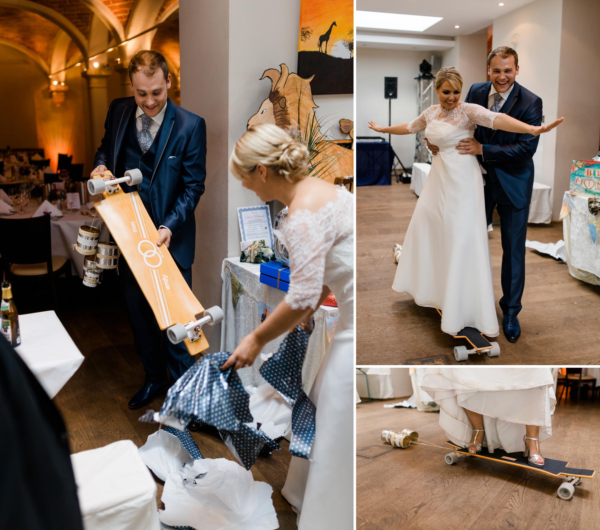 """Das Hochzeitspaar packt ein erstes Geschenk aus: ein Longboard von """"krassundso"""" und probiert dieses direkt aus."""