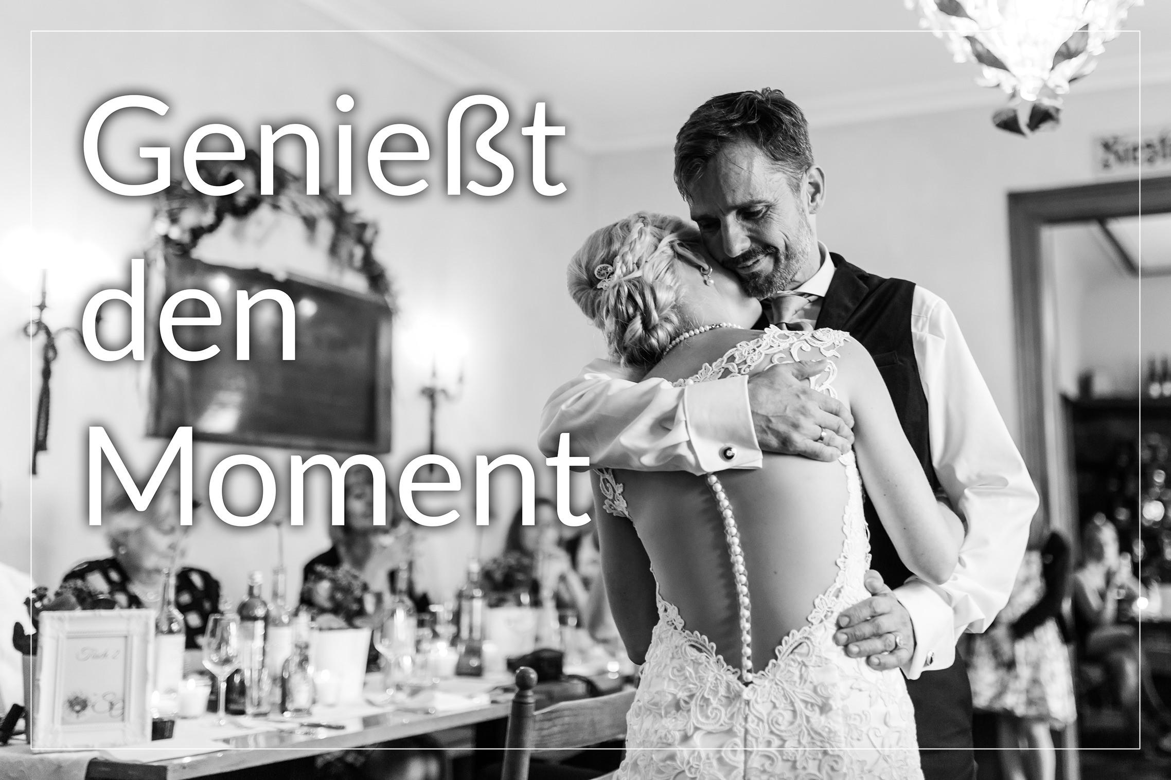Hochzeitspaar genießt den Moment beim Tanz