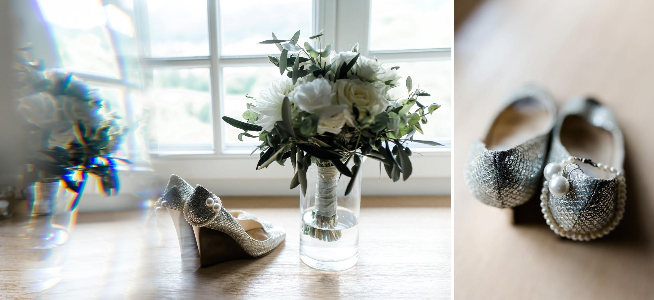 Die Schuhe, der Schmuck und der Blumenstrauss der Braut auf einem Fensterbrett im Gut Hermannsberg.