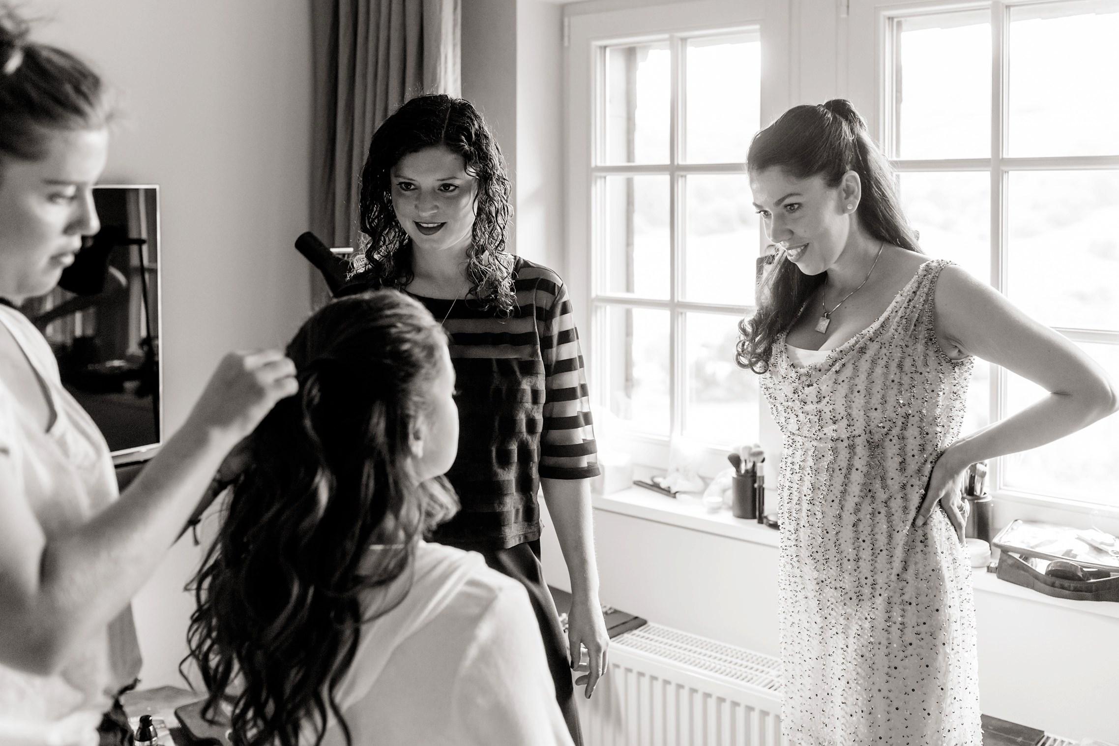 Die besten Freundinnen bewundern die Braut beim Getting Ready im Gut Hermannsberg.